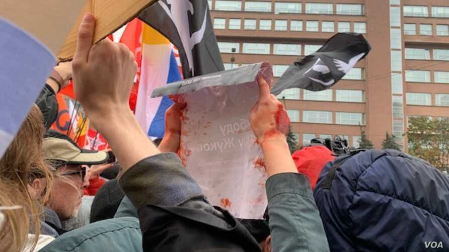 Protesters said Sunday that the Kremlin has blood on its hands, Moscow, Sept. 29, 2019. (J. Dettmer/VOA)