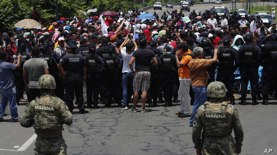 Mexican authorities stop a group of migrants who had earlier crossed the Mexico-Guatemala border, near Metapa, Chiapas state, Mexico, June 5, 2019.