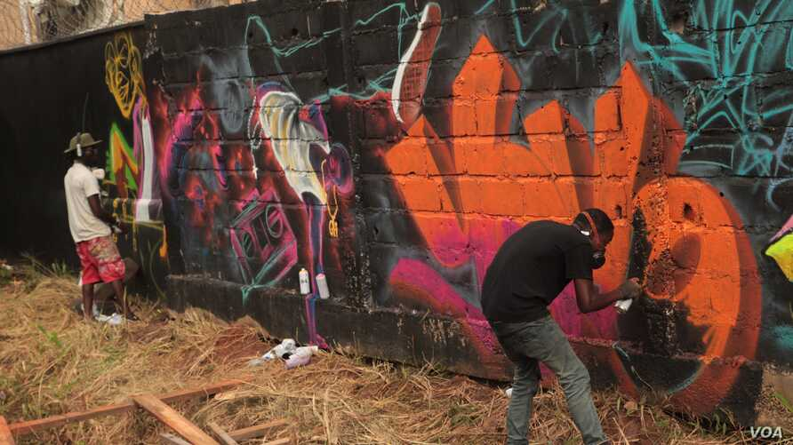 Graffiti artists perform at the annual Yoyo Tinz hip-hop festival in Ghana, held Oct. 9-13, 2019. (S.Knott/VOA)