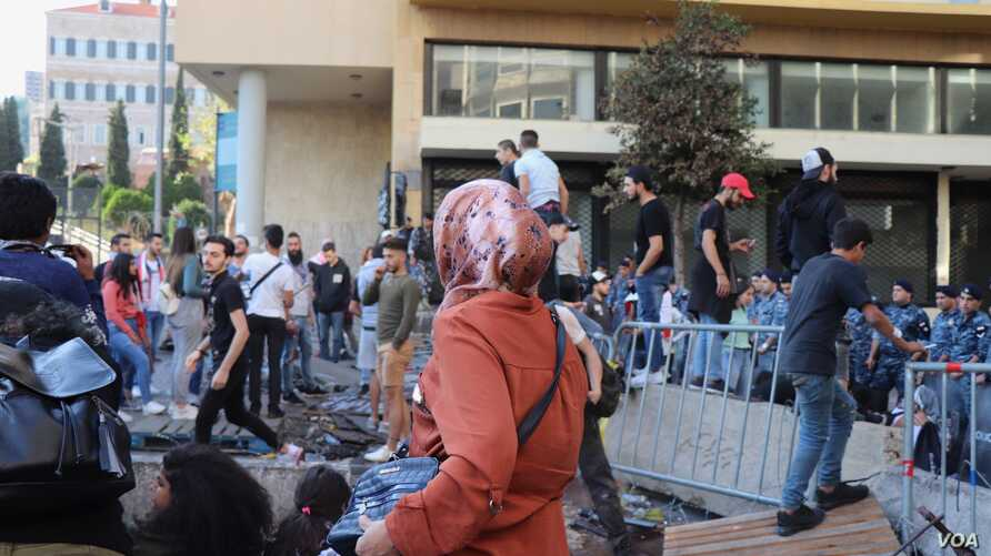 Protesters climb the barricades blocking off the government area of downtown Beirut, Nov. 19, 2019. (Heather Murdock/VOA)