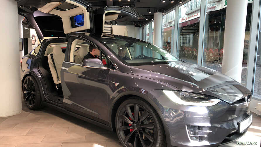 A Tesla Model X on display at Telsa Inc's store in Frankfurt, Germany September 28, 2018.  REUTERS/Joe White - RC16229296E0