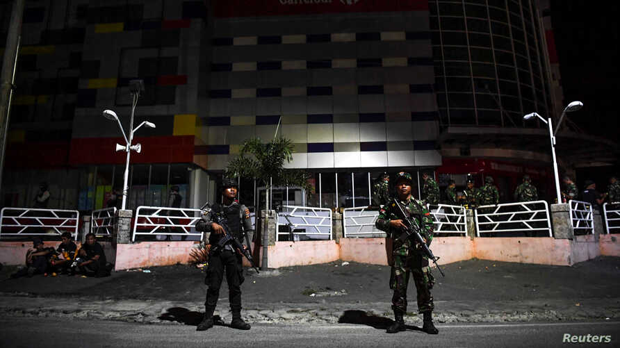 Indonesian police and military personnel secure a shopping center in Palu, Central Sulawesi, Indonesia, October 2, 2018 in this…