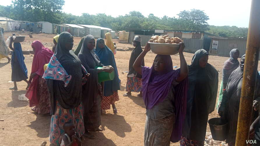Some internally displaced women are collecting food supplies at Durumi camp, Abuja. January 1, 2020. (T. Obiezu/VOA)