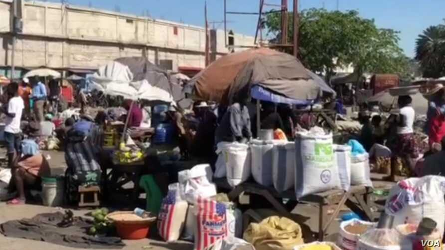 A view of the stands at the Croix-dèz-Beausalles open air market in downtown Port au Prince. (VOA Creole/Matiado Vilme)