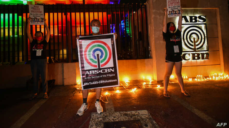 Employees of ABS-CBN and members of the National Union of Journalists of the Philippines rally to show support for the broadcaster in Manila, Philippines, May 5, 2020. The broadcaster was ordered off the air over a stalled operating licence renewal.