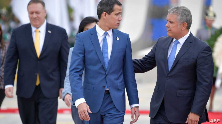 Colombian President Ivan Duque (R) speaks with Venezuelan opposition leader Juan Guaido  during the inauguration of the III…