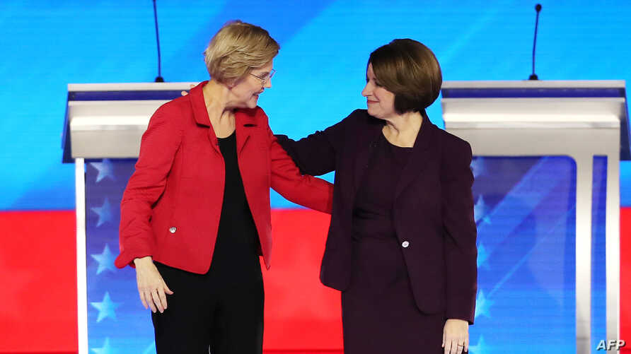 MANCHESTER, NEW HAMPSHIRE - FEBRUARY 07: (L-R) Democratic presidential candidates Sen. Elizabeth Warren (D-MA) and Sen. Amy…