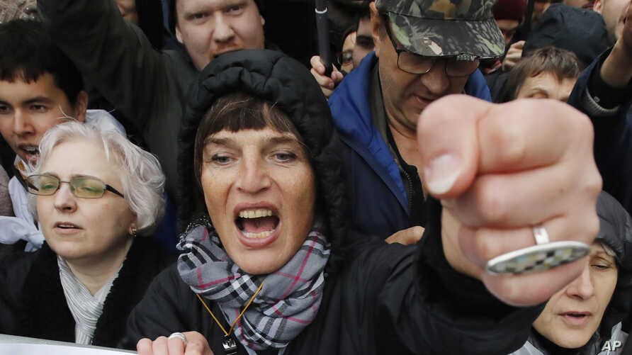 A woman shouts during a rally to support political prisoners in Moscow, Russia, Sunday, Sept. 29, 2019. (AP Photo/Dmitri…