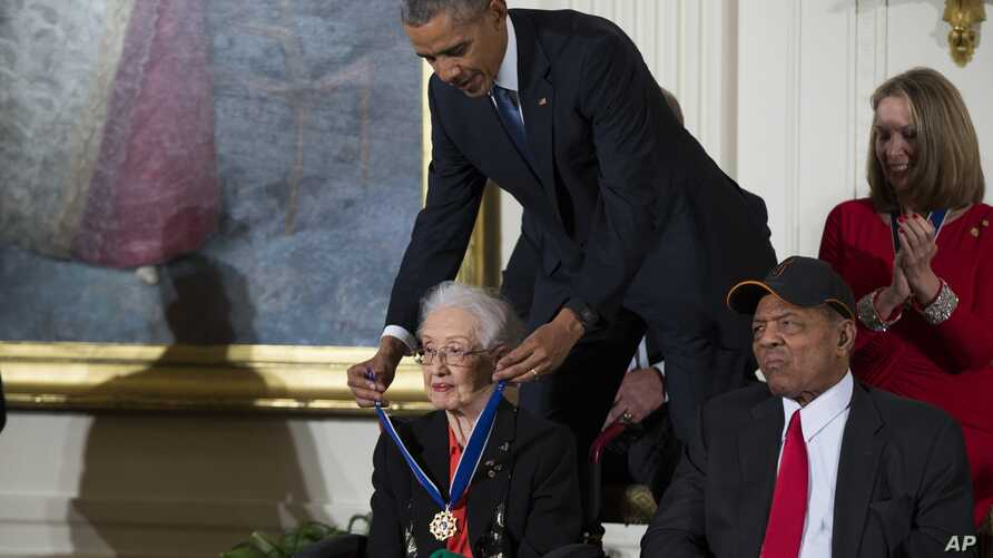 FILE - In this Nov. 24, 2015 photo, Willie Mays, right, looks on as President Barack Obama presents the Presidential Medal of…
