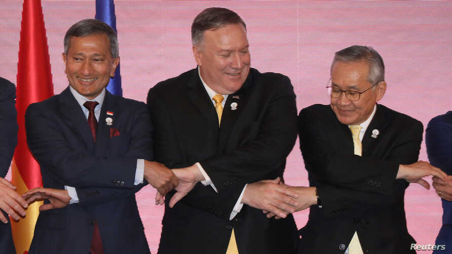 U.S. Secretary of State Mike Pompeo links hands with Singapore's Foreign Minister Vivian Balakrishnan and Thailand's Foreign Minister Don Pramudwinai at the East Asia Summit meeting in Bangkok, Aug.2, 2019.