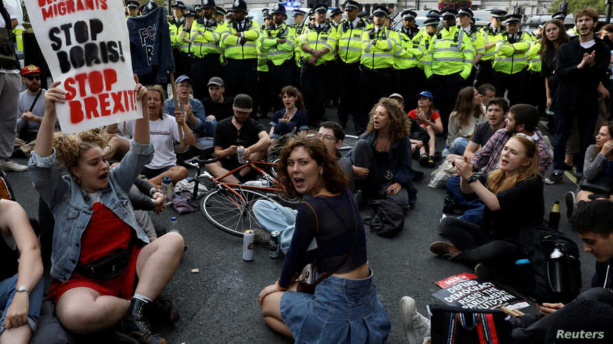 Demonstrators block the entrance to Whitehall during an anti-Brexit protest in London, Britain August 31, 2019.  REUTERS/Kevin Coombs