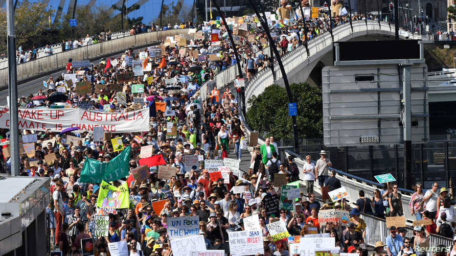 Climate change protesters are seen crossing the Victoria Bridge during the Global Strike 4 Climate rally in Brisbane, Australia, September 20, 2019. AAP Image/Darren England/via REUTERS    ATTENTION EDITORS - THIS IMAGE WAS PROVIDED BY A THIRD PARTY. NO RESALES. NO ARCHIVE. AUSTRALIA OUT. NEW ZEALAND OUT.