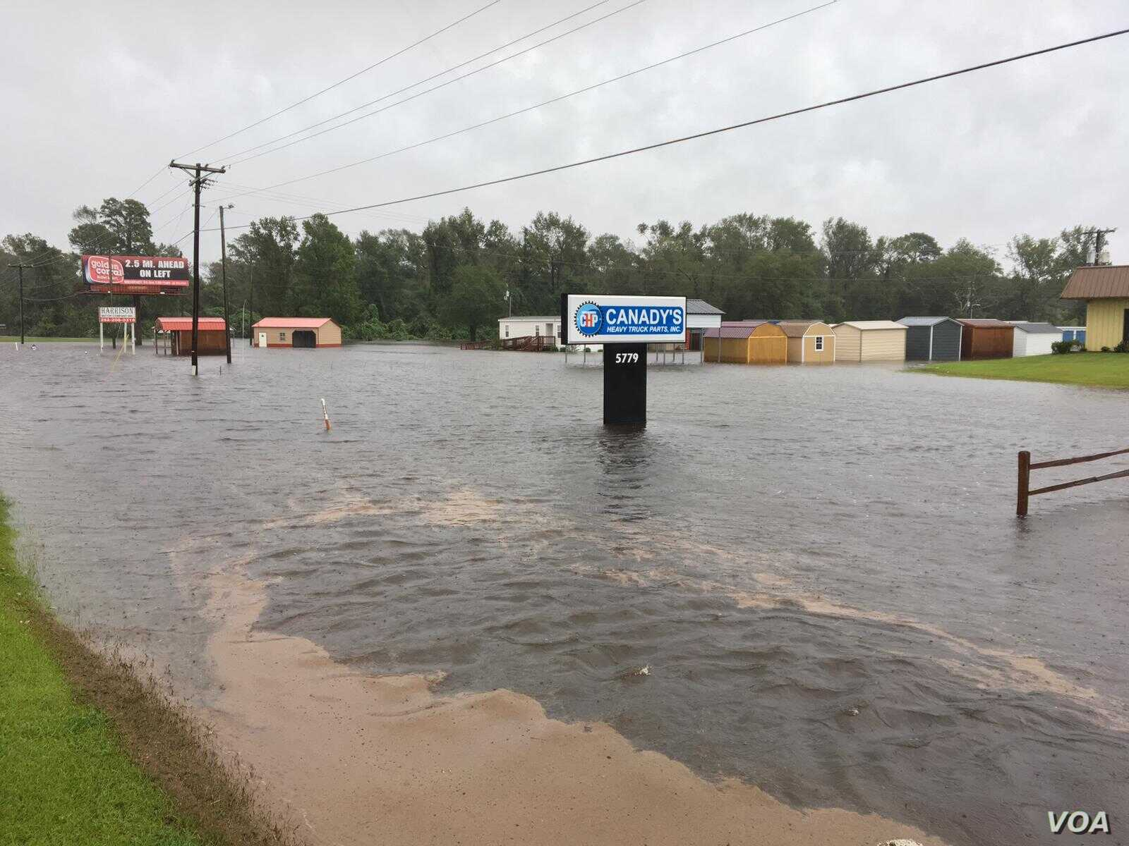 Floodwaters were rising near businesses in LaGrange, N.C., as Tropical Storm Florence pounded the area, Sept. 15, 2018. (VOA Russian service)