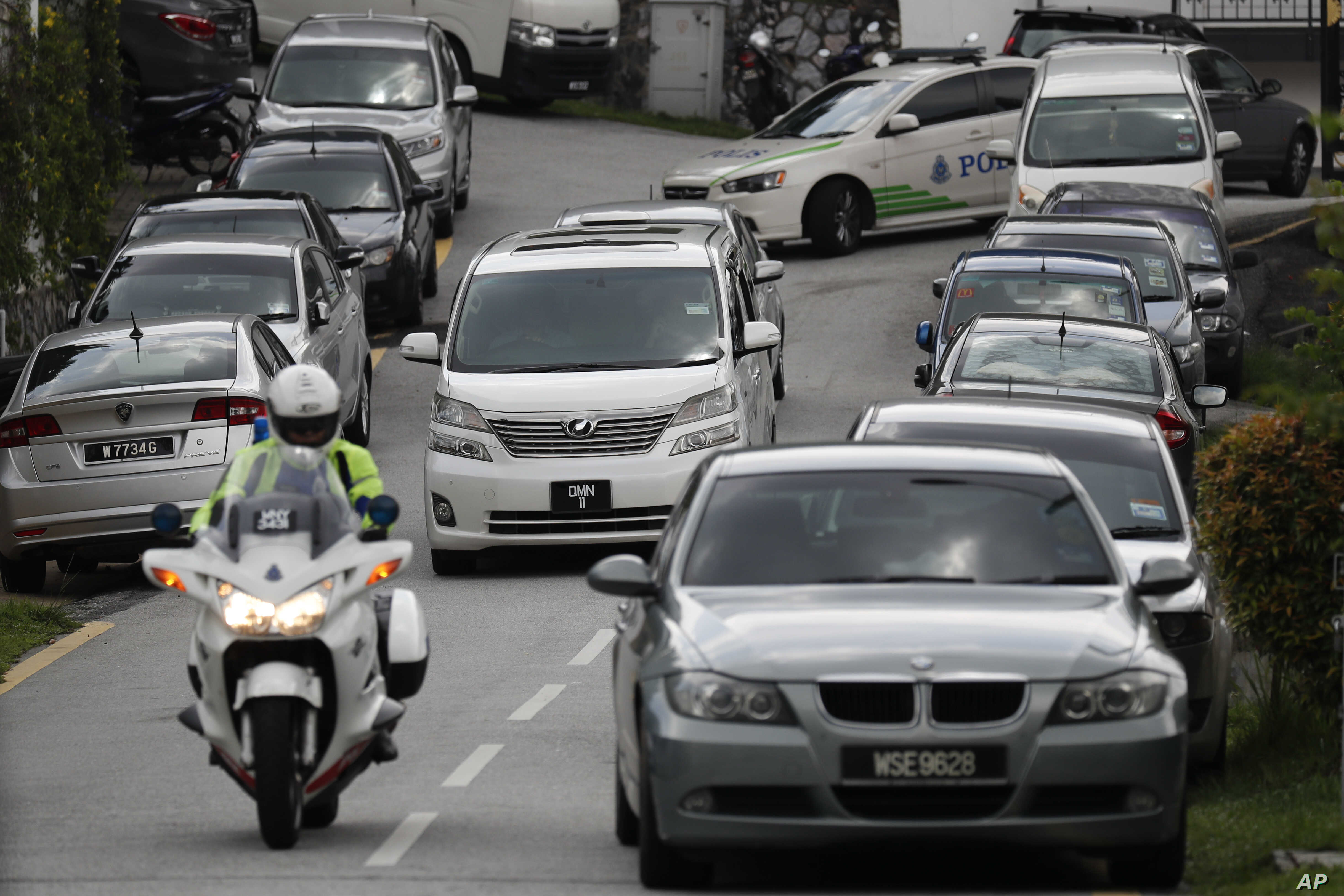 A car, center, believed to be carrying former Malaysian Prime Minister Najib Razak leaves his private resident in Kuala Lumpur, Malaysia, May 18, 2018. Malaysian police confiscated a few hundred designer handbags and dozens of suitcases containing ca...