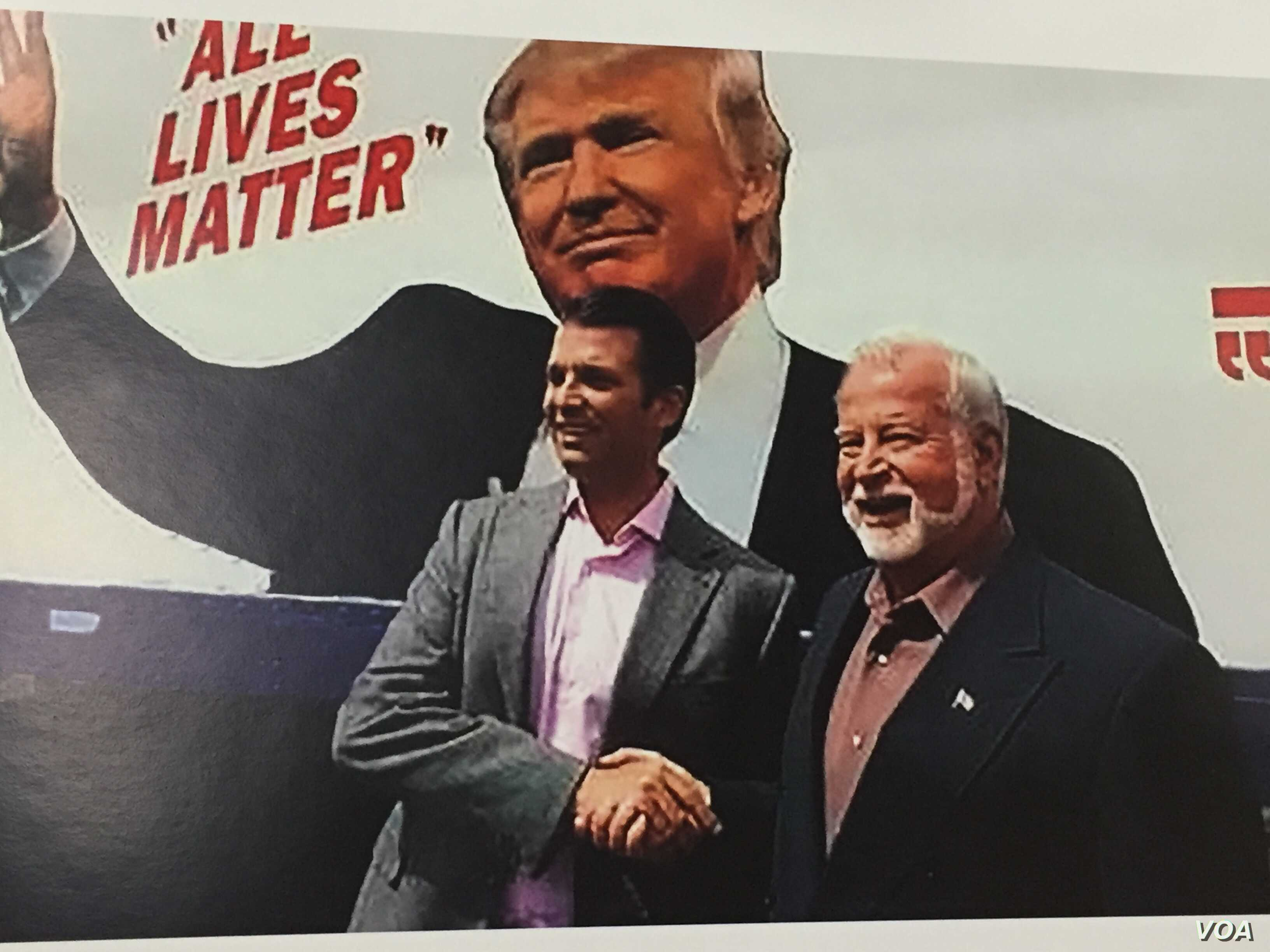 Businessman and Trump supporter Bob Bolus of Scranton, Pennsylvania, shakes hands with Donald Trump Jr. during campaign stop. (A. Pande/VOA)