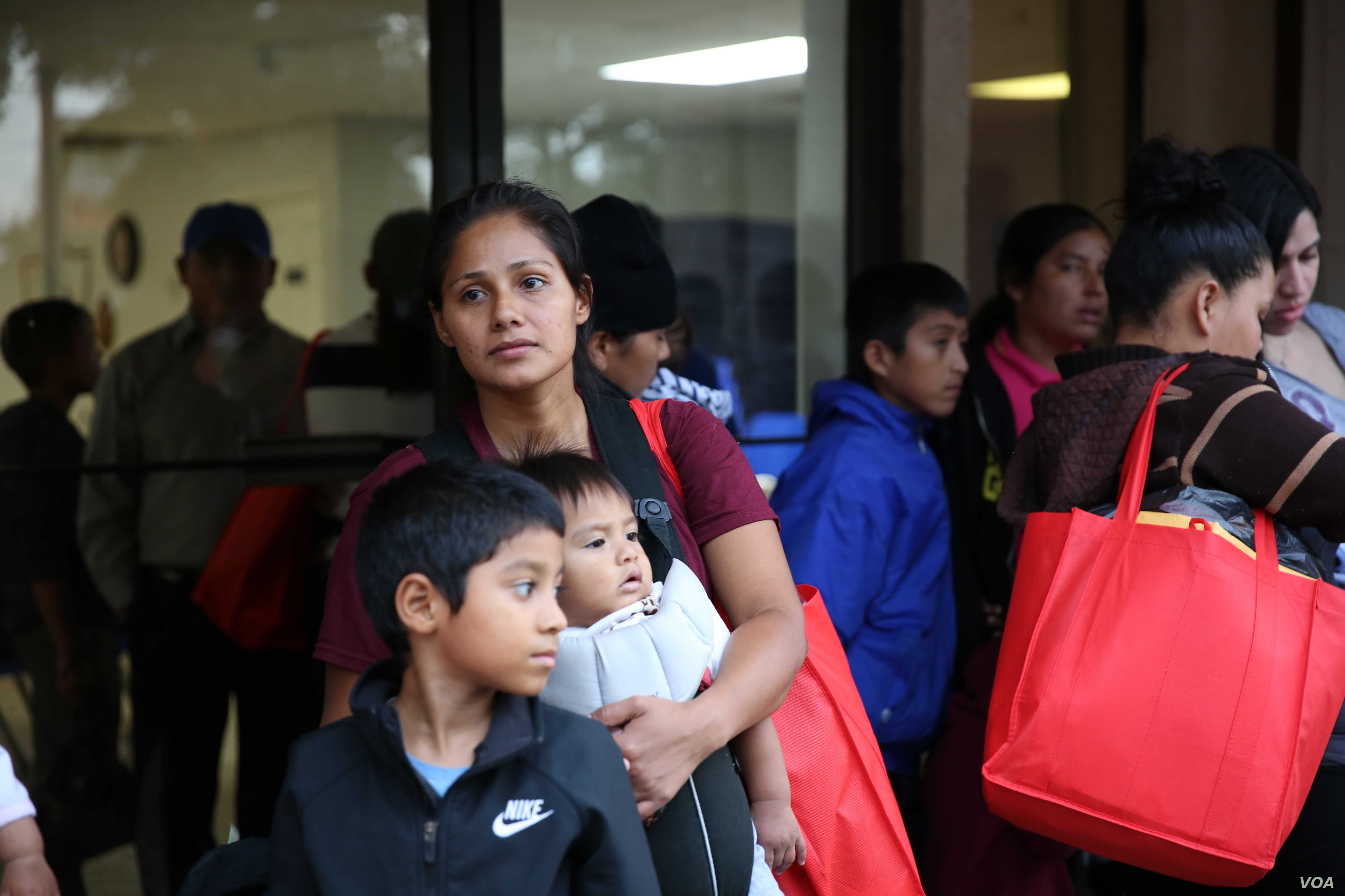 A mother seeking entry into the United States with her children in McAllen, Texas. (Photo: A Barros / VOA)