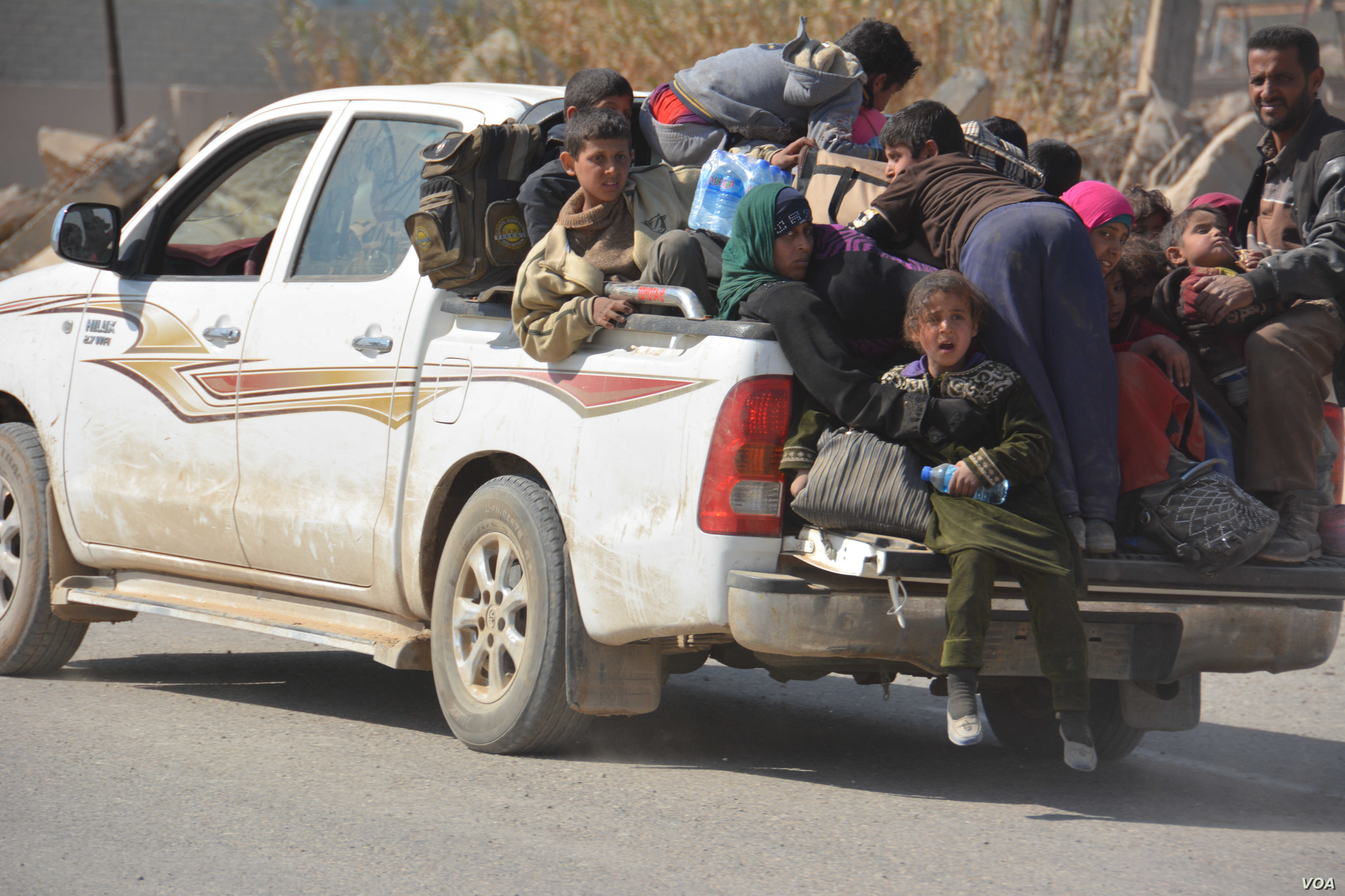 Families pile into soldiers' pickup trucks as they flee western Mosul, Feb. 26, 2017. (Mahmood Alsalih/VOA)