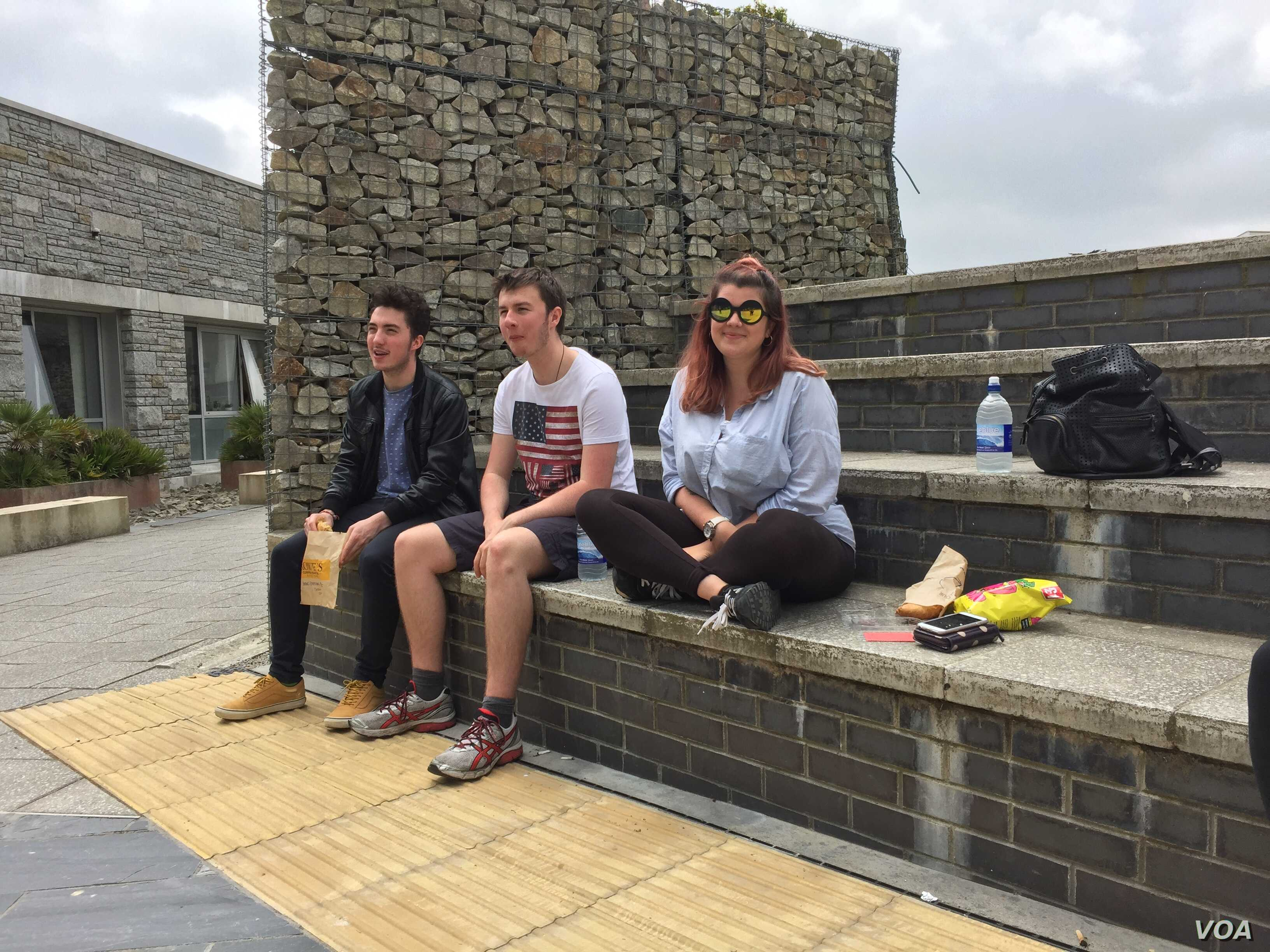 Students at Falmouth University. Many say they feel safer staying in the European Union. (L. Ramirez/VOA)