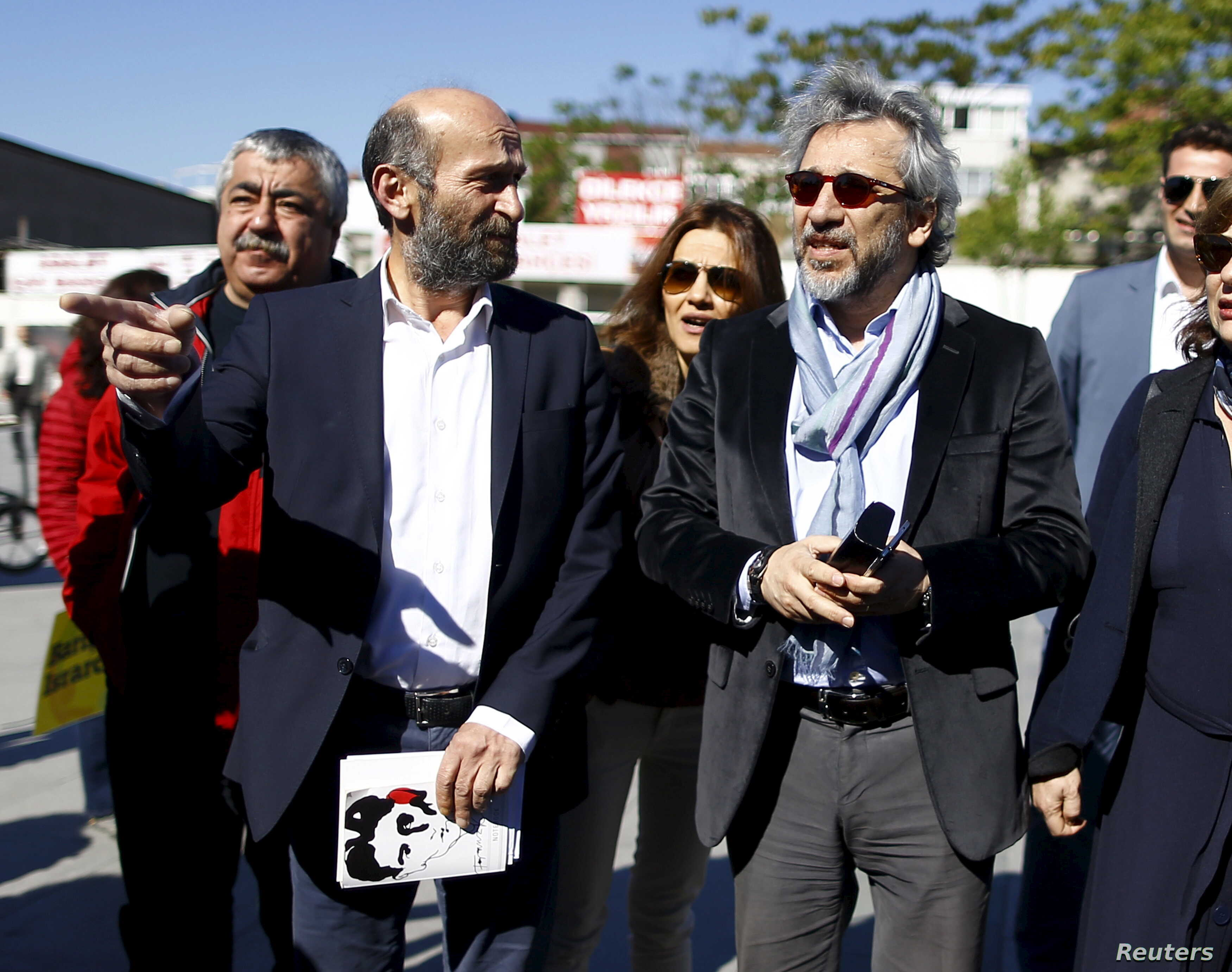 Can Dundar (R), editor-in-chief of Cumhuriyet, accompanied by his Ankara bureau chief Erdem Gul arrive at the Justice Palace in Istanbul, Turkey, April 22, 2016.