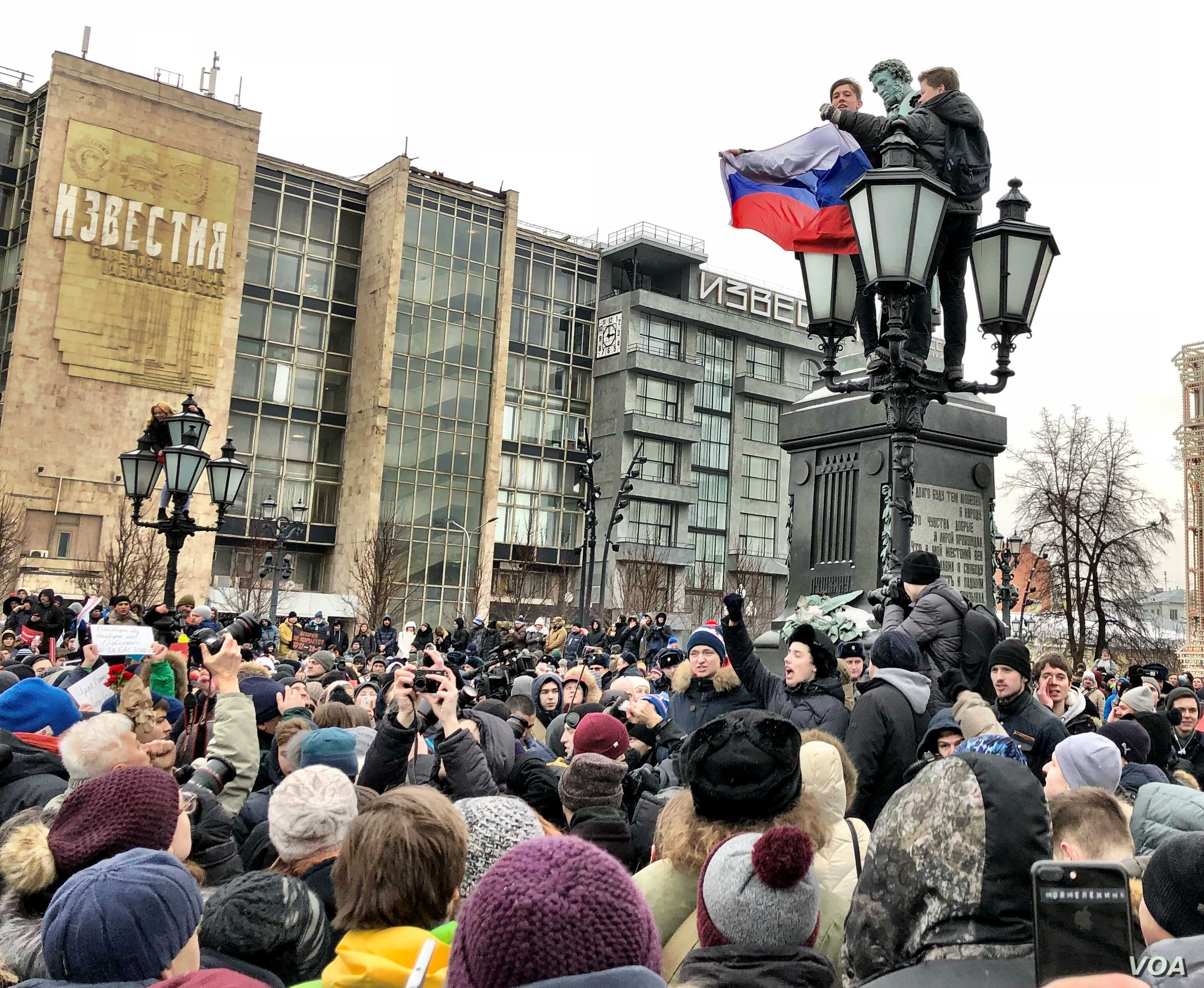 """Protesters in Moscow's Pushkin Square.  Navalny called for a """"voters strike"""" in over 100 cities across the country. (Photo: Charles Maynes for VOA)"""