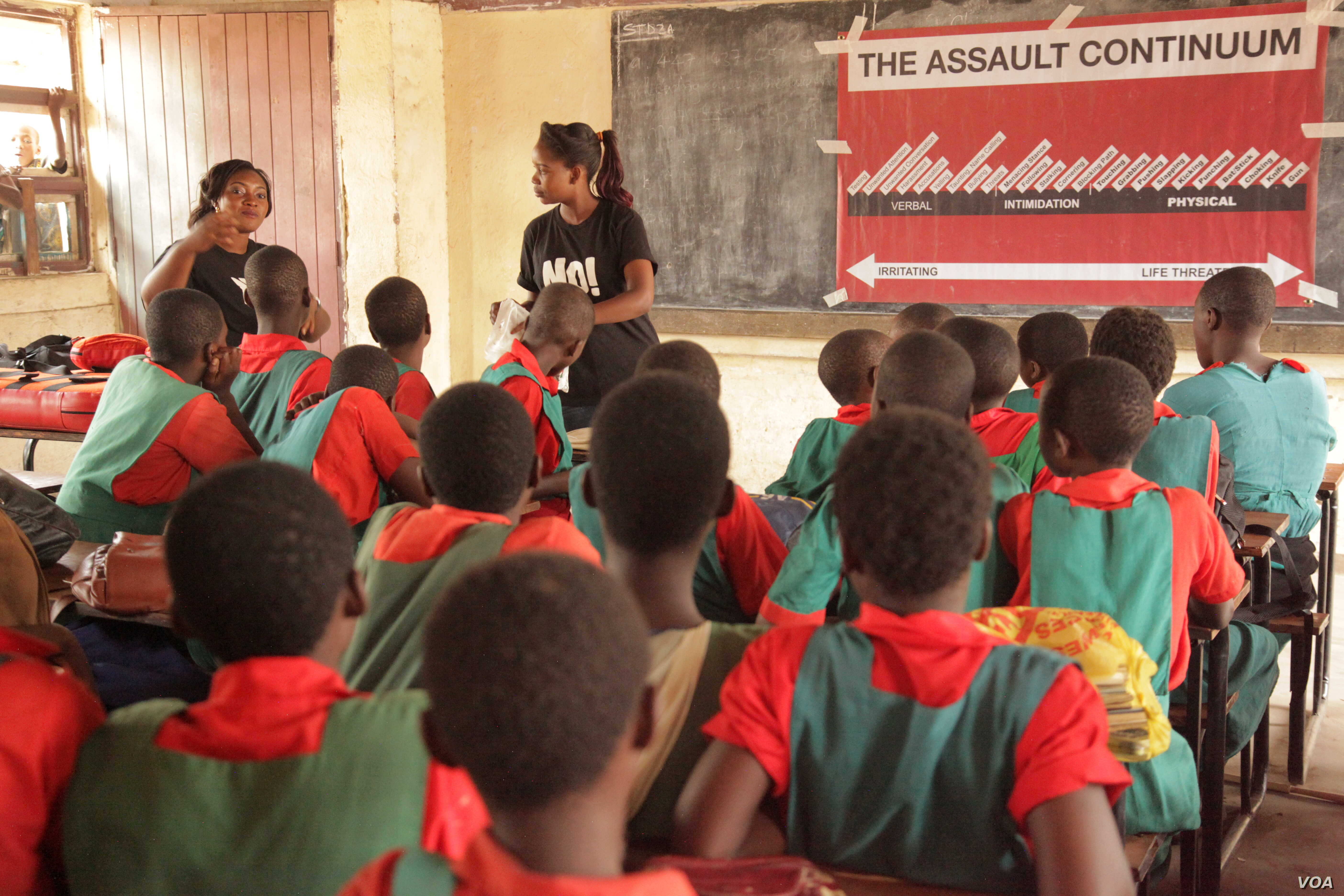 Learner listen attentively from Ujamaa instructors about how to defend themselves against attacker. (L. Masina/VOA)