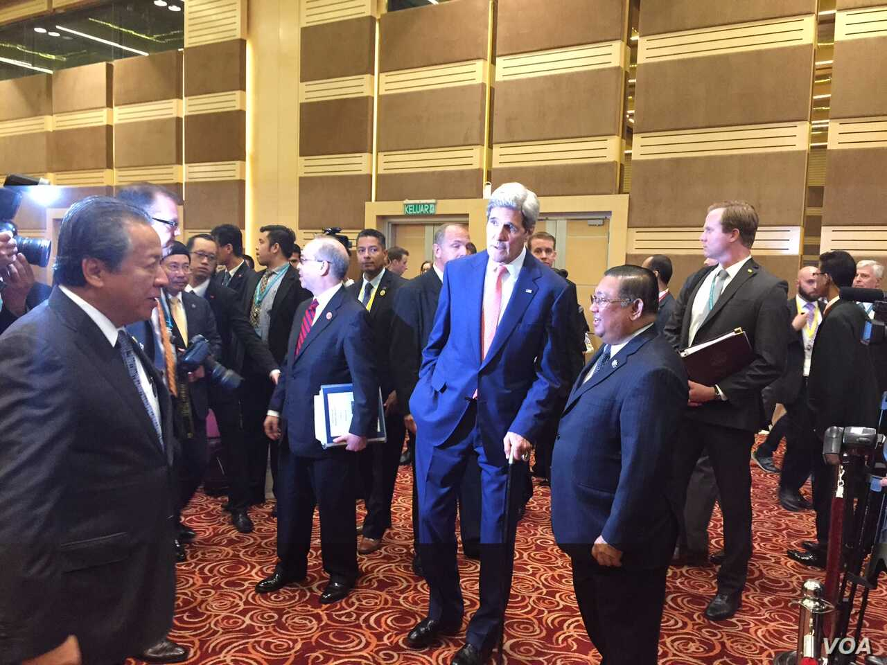 U.S. Secretary of State John Kerry answers reporter's question during a break at the ASEAN summit in Kuala Lumpur, Malaysia, Aug. 5, 2015.  (Photo: Pam Dockins / VOA)