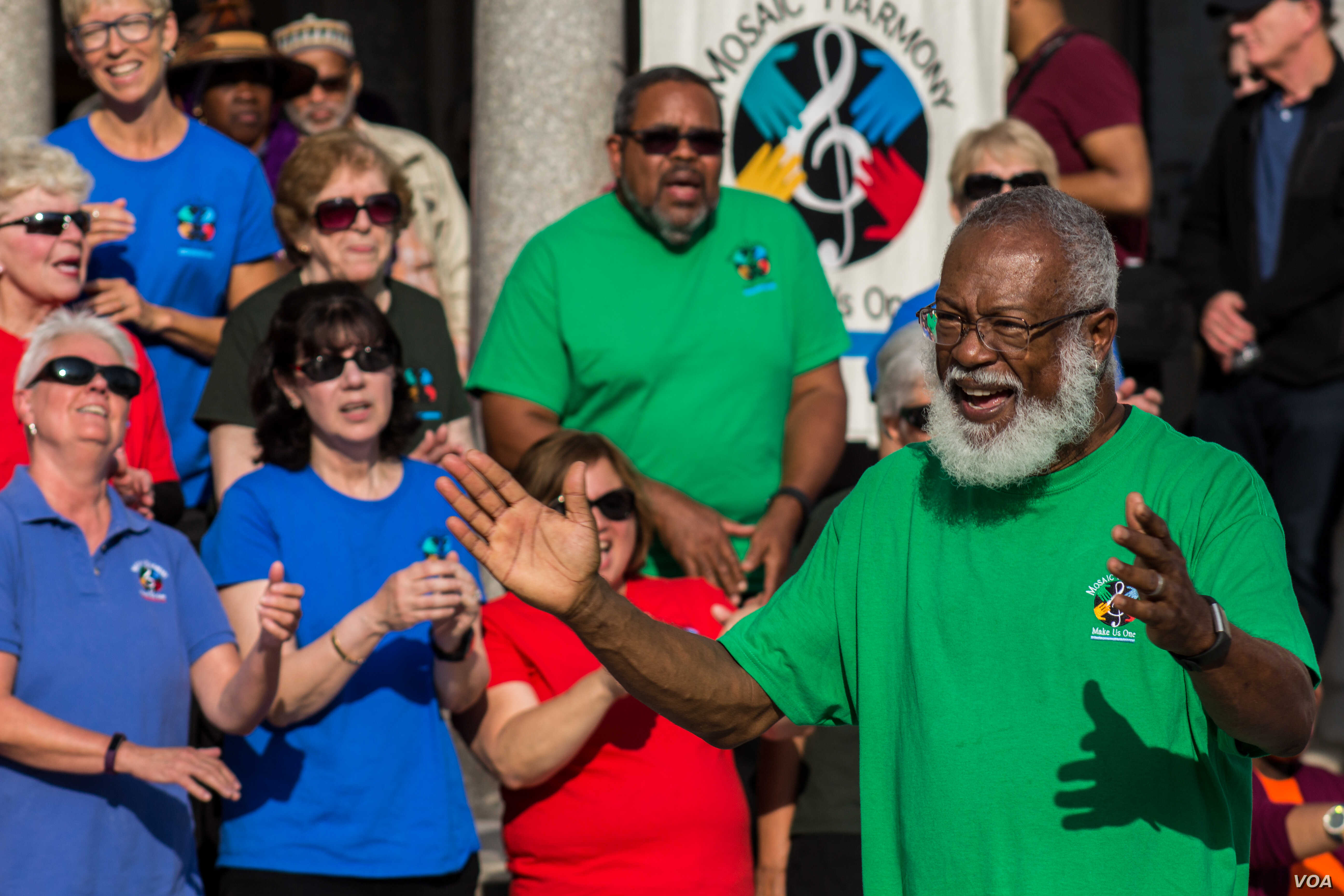 Music director David North conducts interfaith singing group Mosaic Harmony at closing ceremony for Unity Walk 2017 on Sunday 09/10/17 in the U.S. capital. (B. Bradford/VOA)