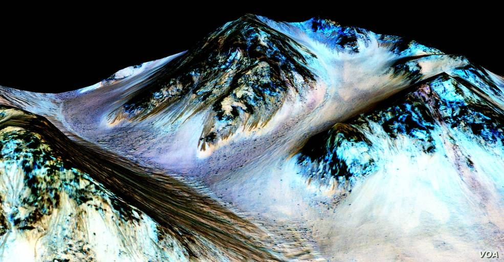 These dark, narrow, 100-meter-long streaks confirm evidence that liquid water flows on Mars surface. (Credit: NASA/JPL/University of Arizona)