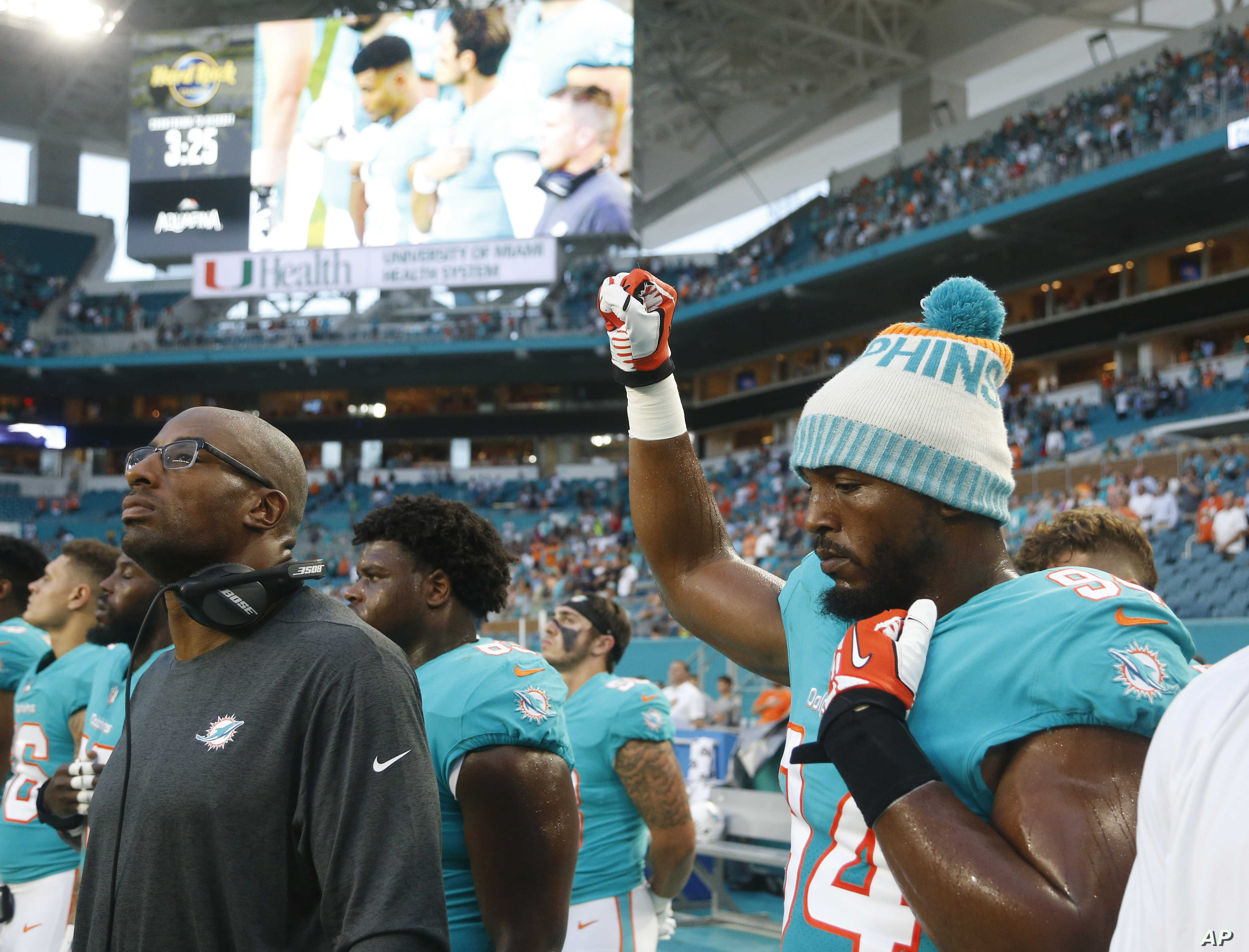 Former Nflers Call For End To Tackle >> Some Nfl Players Raise Awareness During Anthem Voice Of America