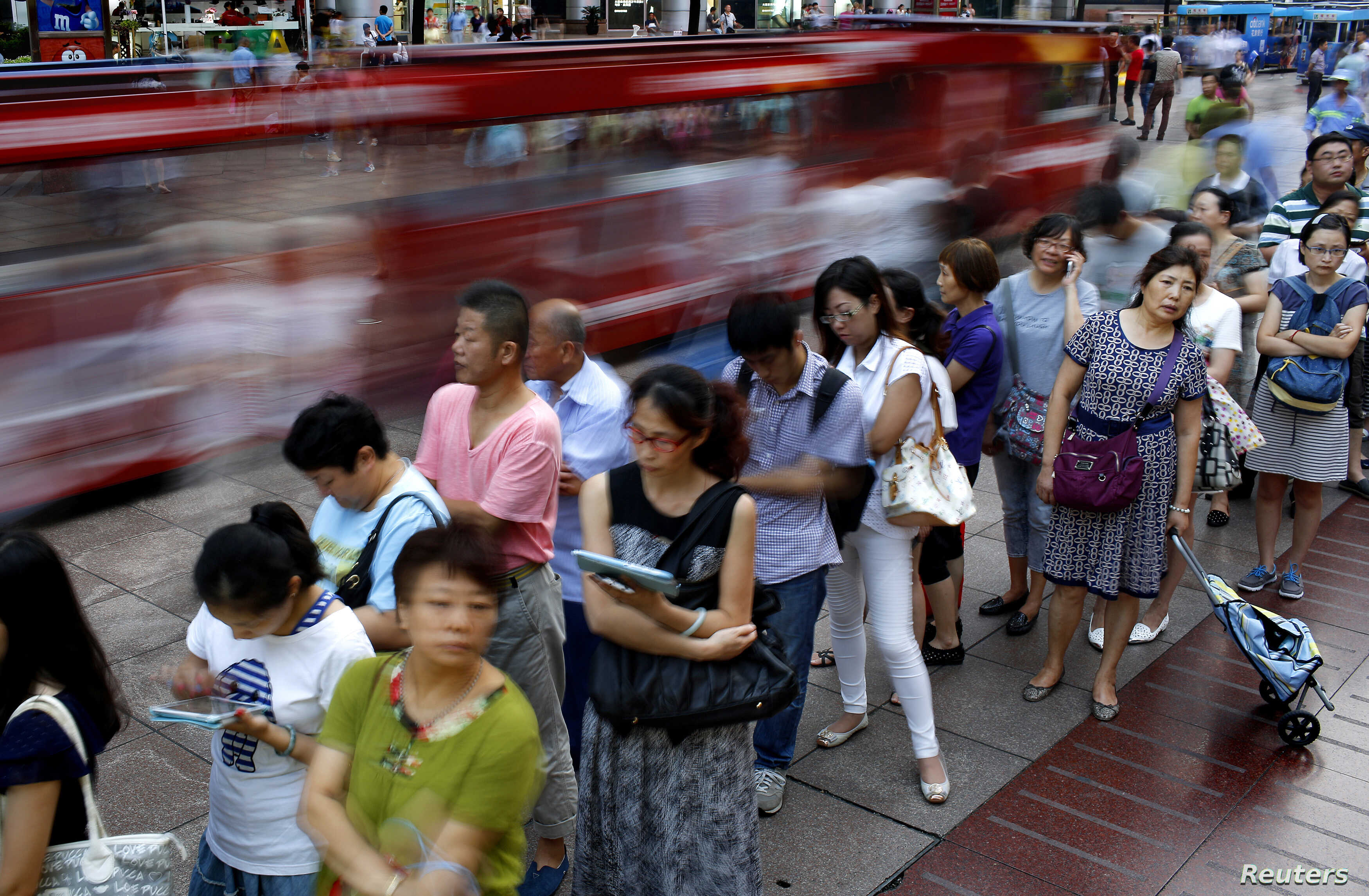 People wait in line to buy moon cakes, a Chinese traditional dish as part of the upcoming Mid-Autumn Festival in Shanghai, Sept. 5, 2014.