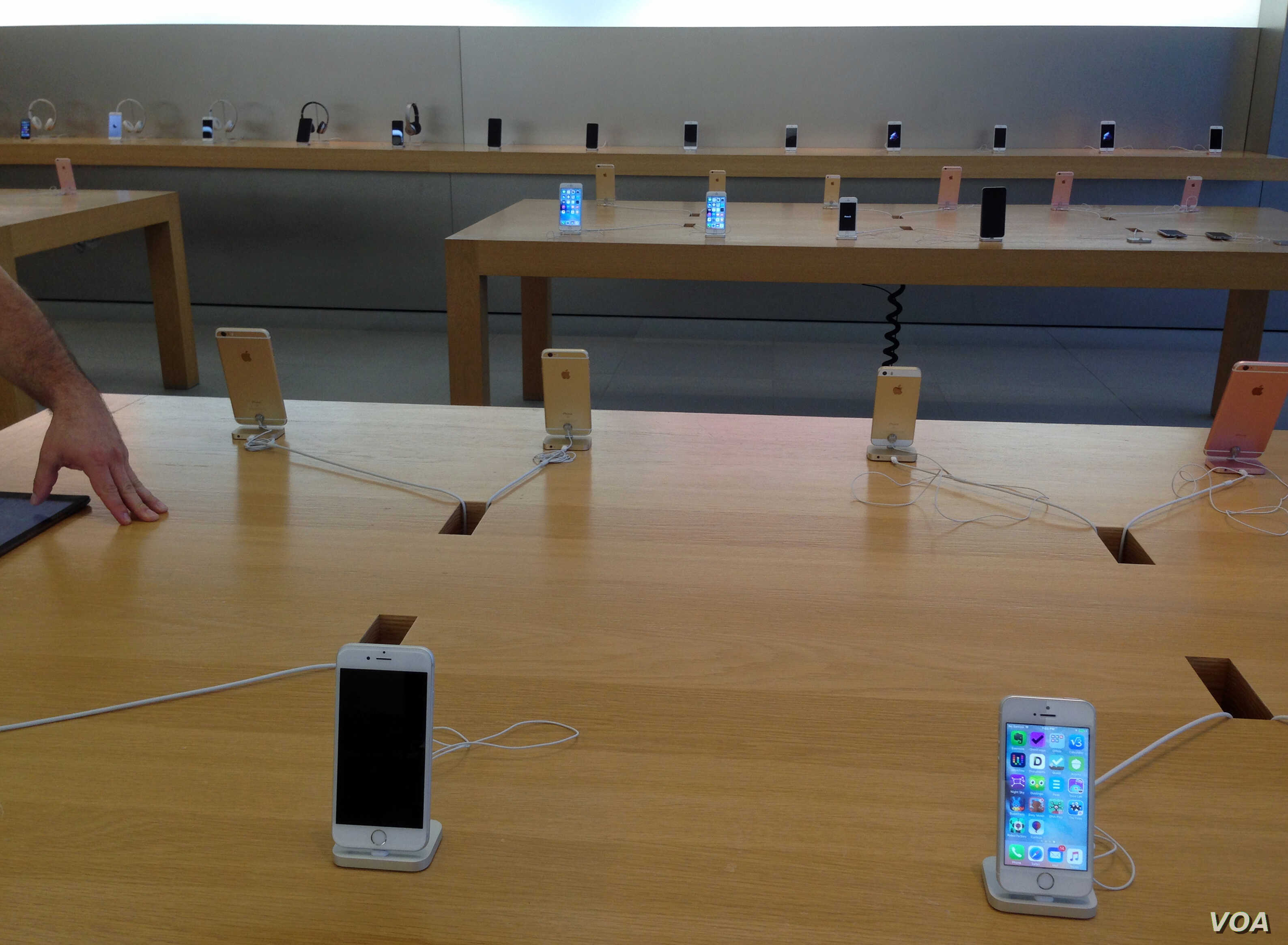 iPhones on display at an Apple store in Virginia, USA, April 4, 2016. (Photo: Diaa Bekheet/VOA)