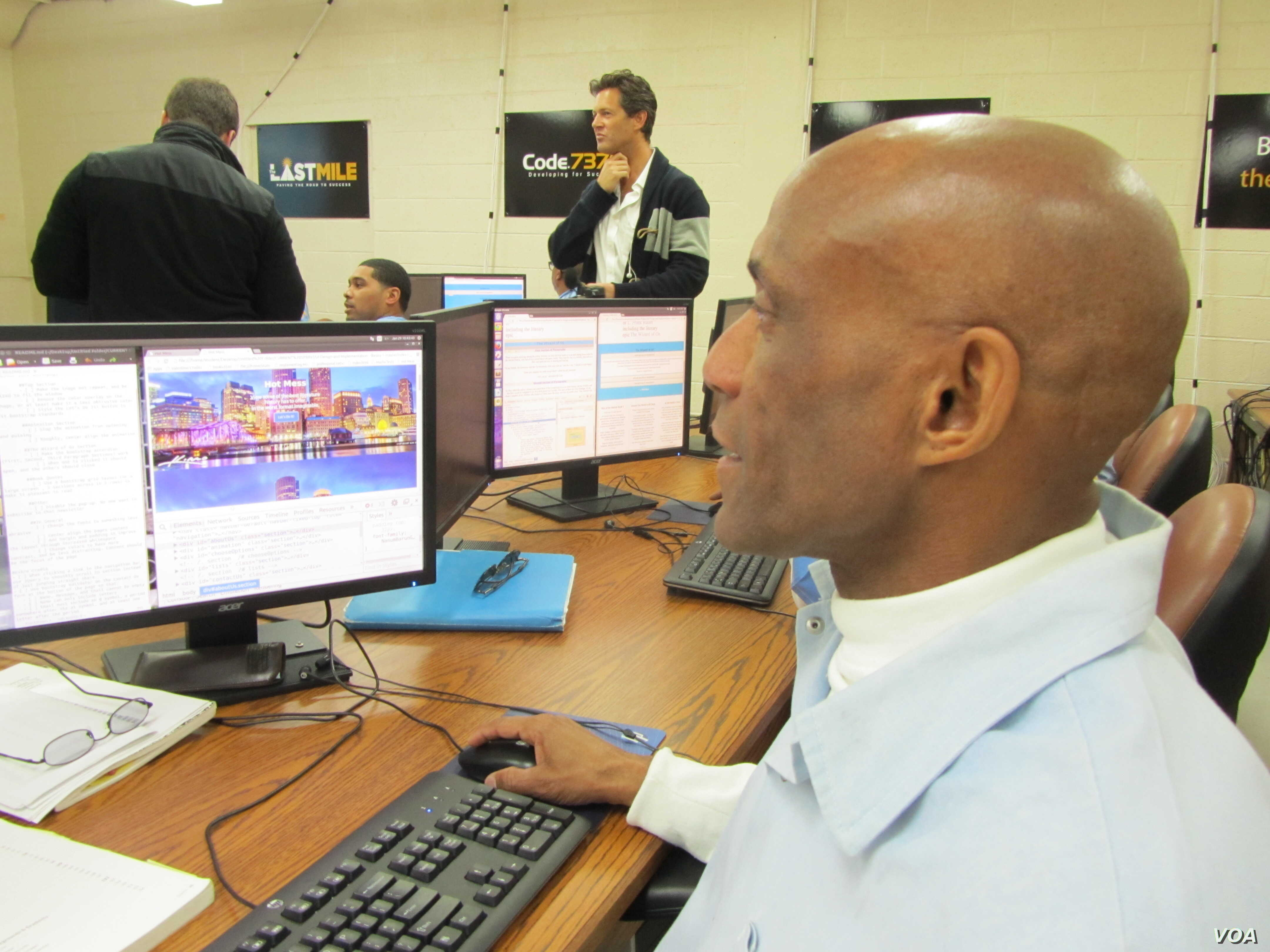 Gary Valentino Hollis uses his skills to create a webpage. (VOA / JoAnn Mar)