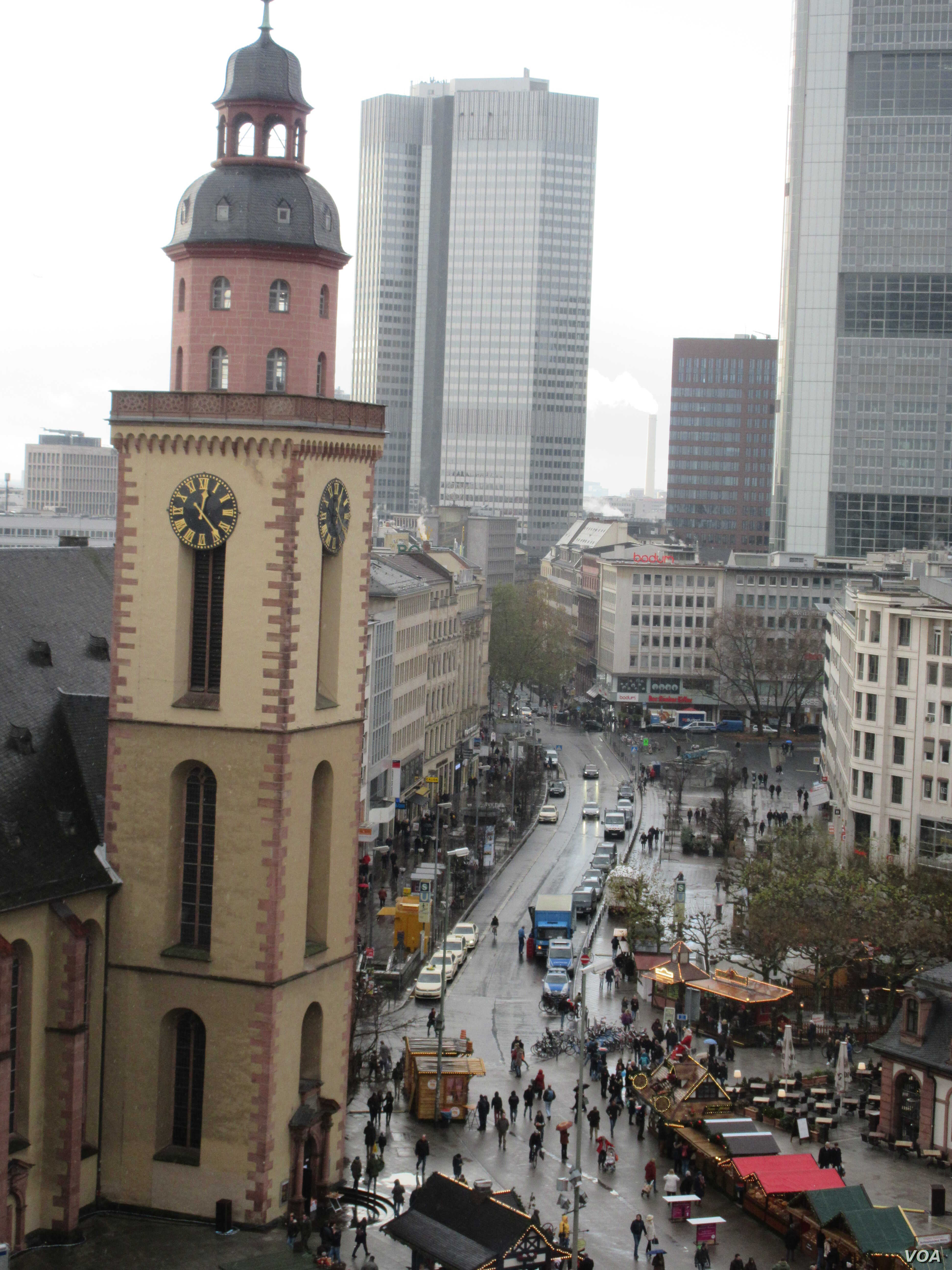 The open-air market in Frankfurt city center is seen in this Nov. 28, 2015 photo (A. Tanzeem/VOA)