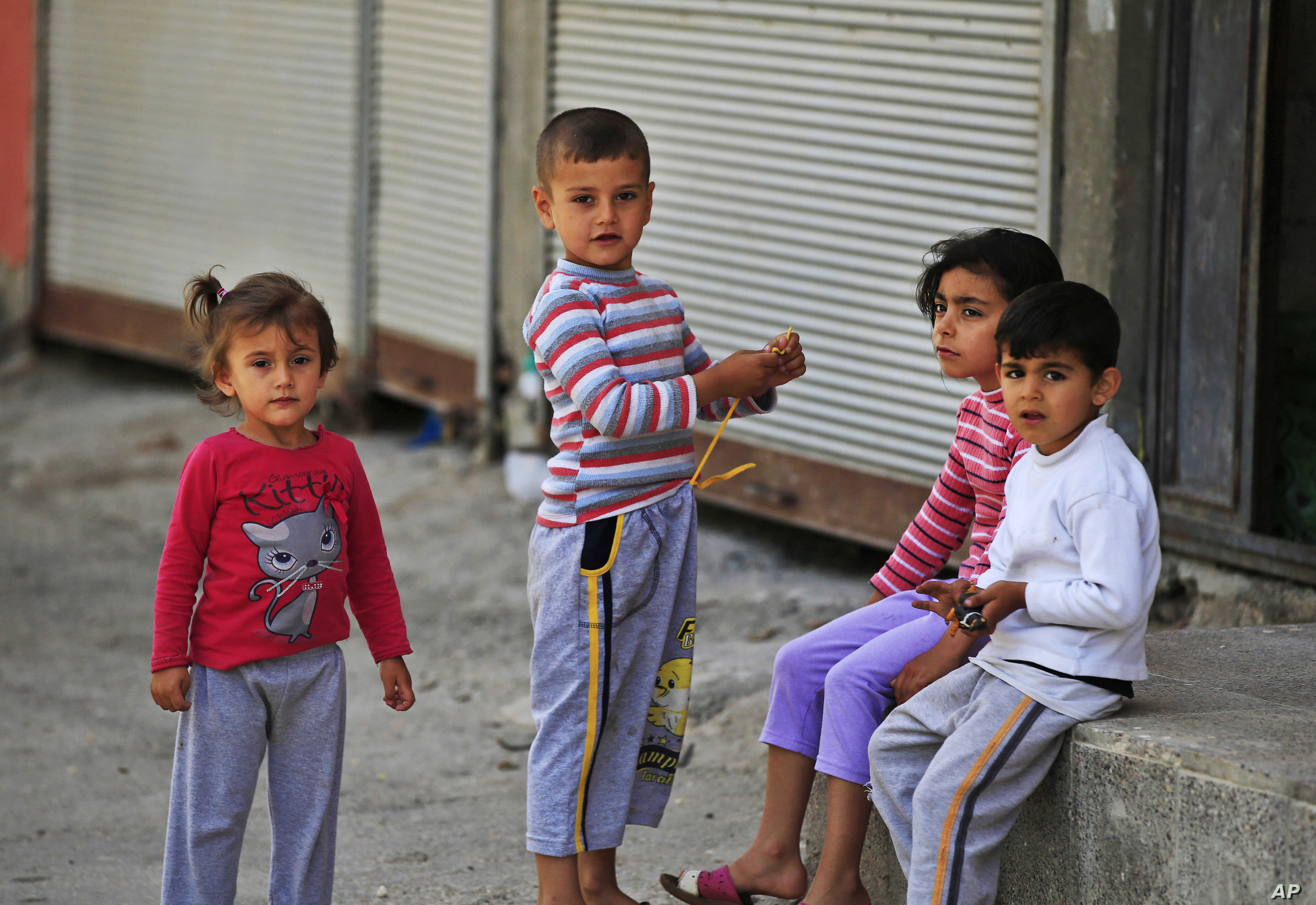 Syrian refugee children pass time in a neighborhood of the city of Gaziantep, southeastern Turkey on May 16, 2016. (AP)