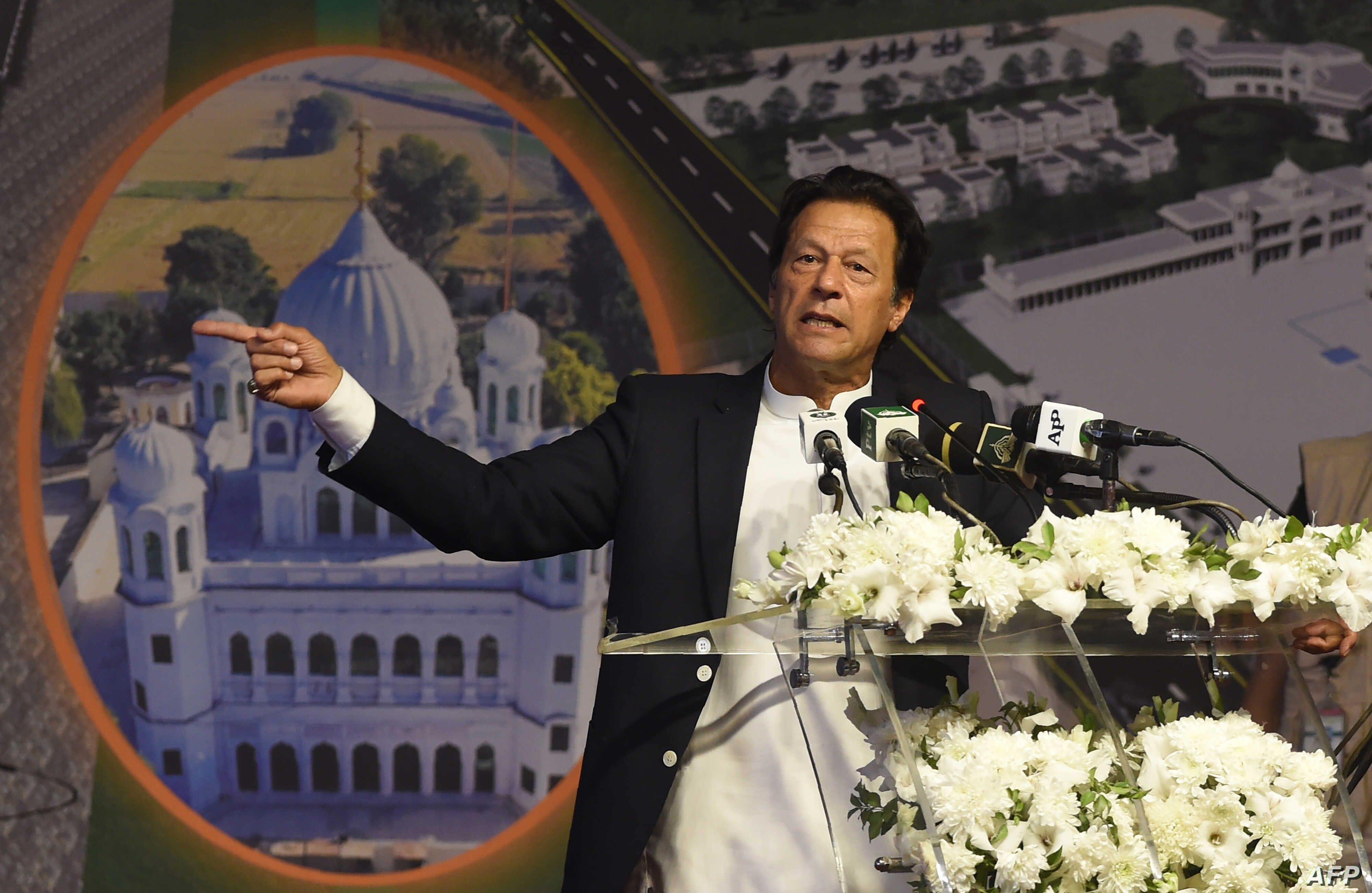 Pakistan Prime Minister Imran Khan (C) addresses the groundbreaking ceremony for the Kartarpur Corridor in Kartarpur on November 28, 2018. - Pakistan Prime Minister Imran Khan launched the groundbreaking ceremony of the religious corridor between Ind...