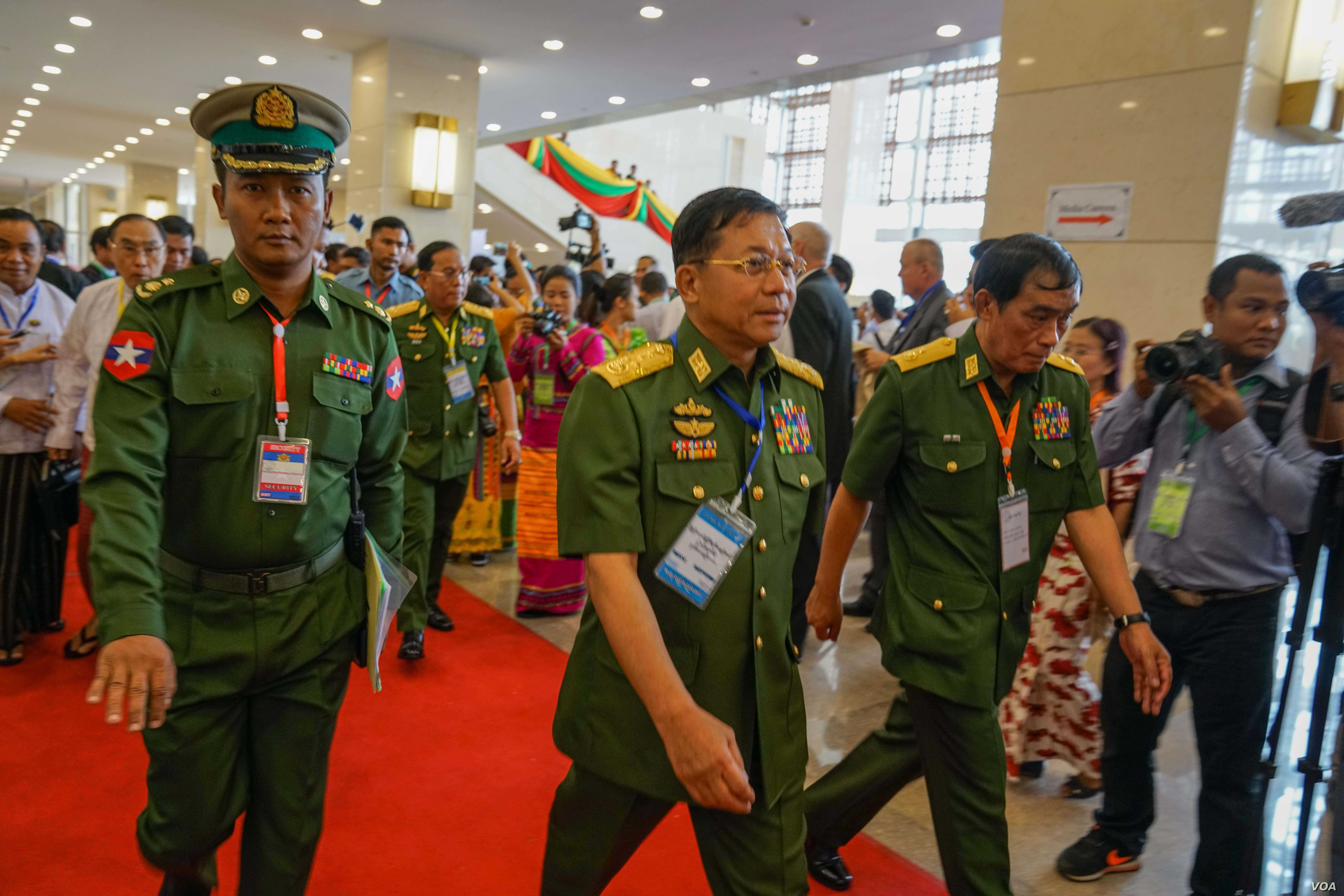 Myanmar Commander in Chief Min Aung Hlaing arrives at peace talks in Naypyitaw, May 24, 2017. (A. N. Soe for VOA)