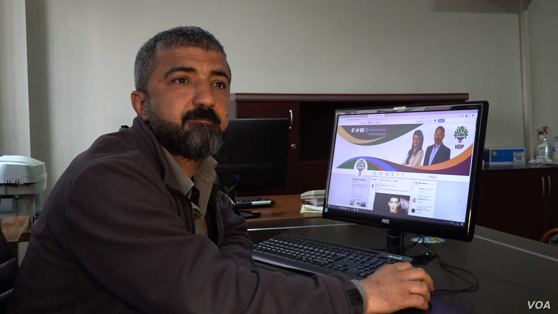 Vedat Dag Diyarbakir's  HDP's social media chief says extensive spread use of smartphones and the net savviness of the local electorate helps in their efforts to reach out to supporters. (DJones/VOA)