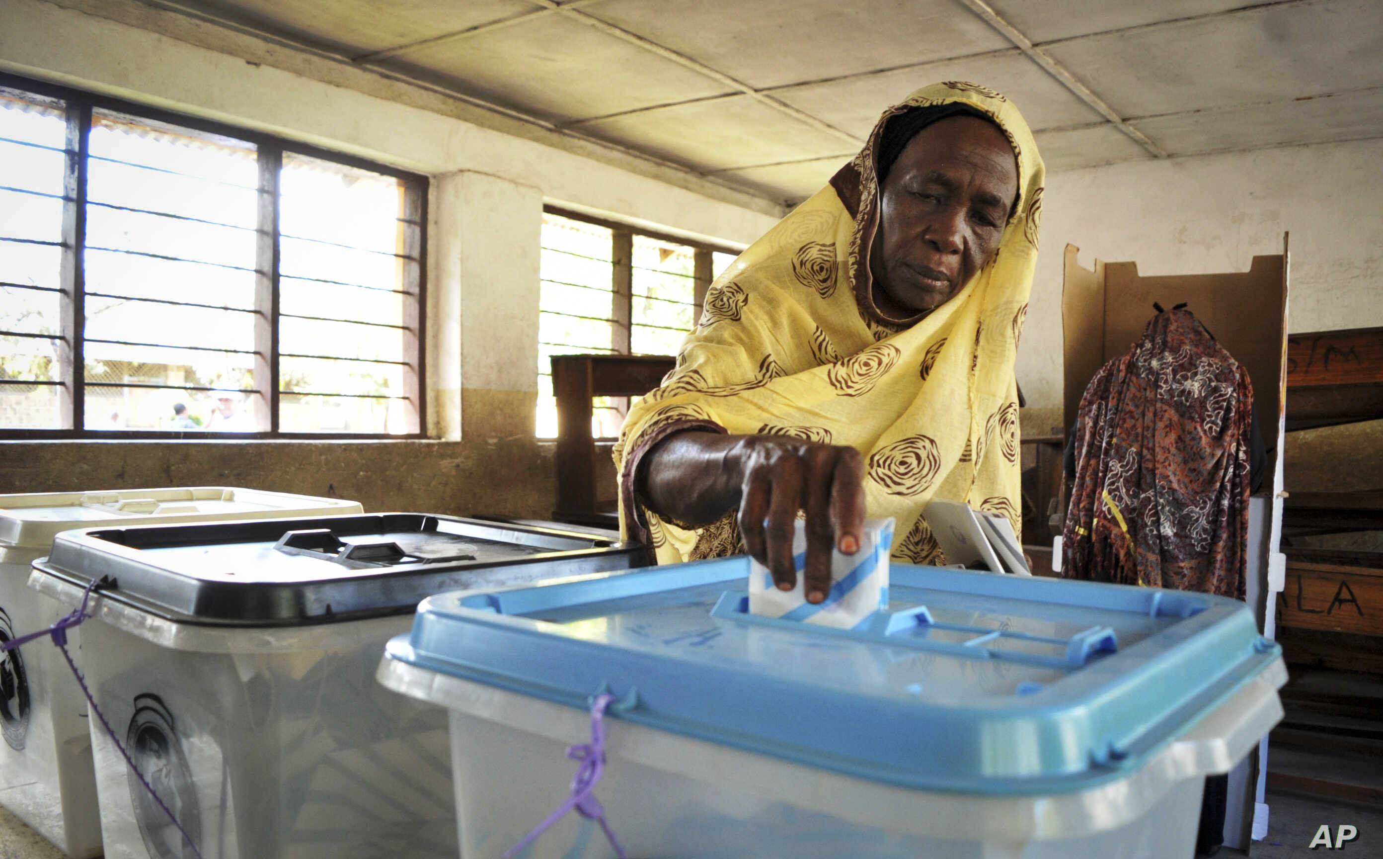 An elderly Tanzanian woman casts her vote in the presidential election at a polling station in Dar es Salaam, Tanzania, Oct. 25, 2015.