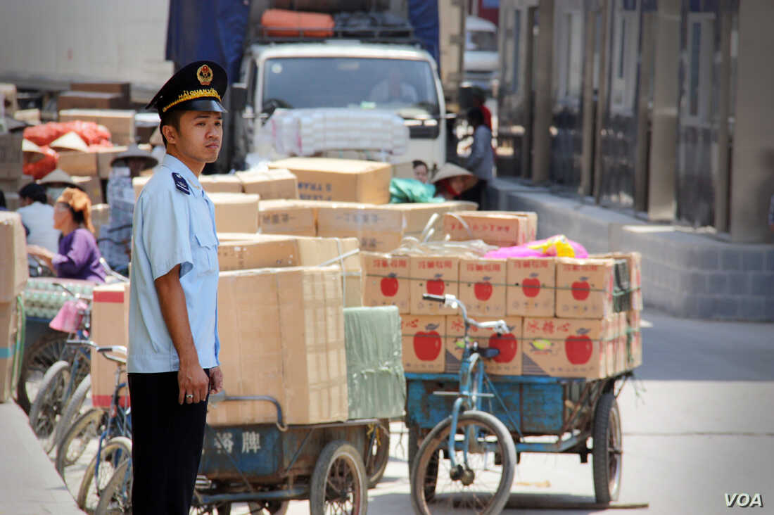 An officer stands by goods for trade at Tan Thanh Border Gate in Vietnam. (D. Schearf/VOA)