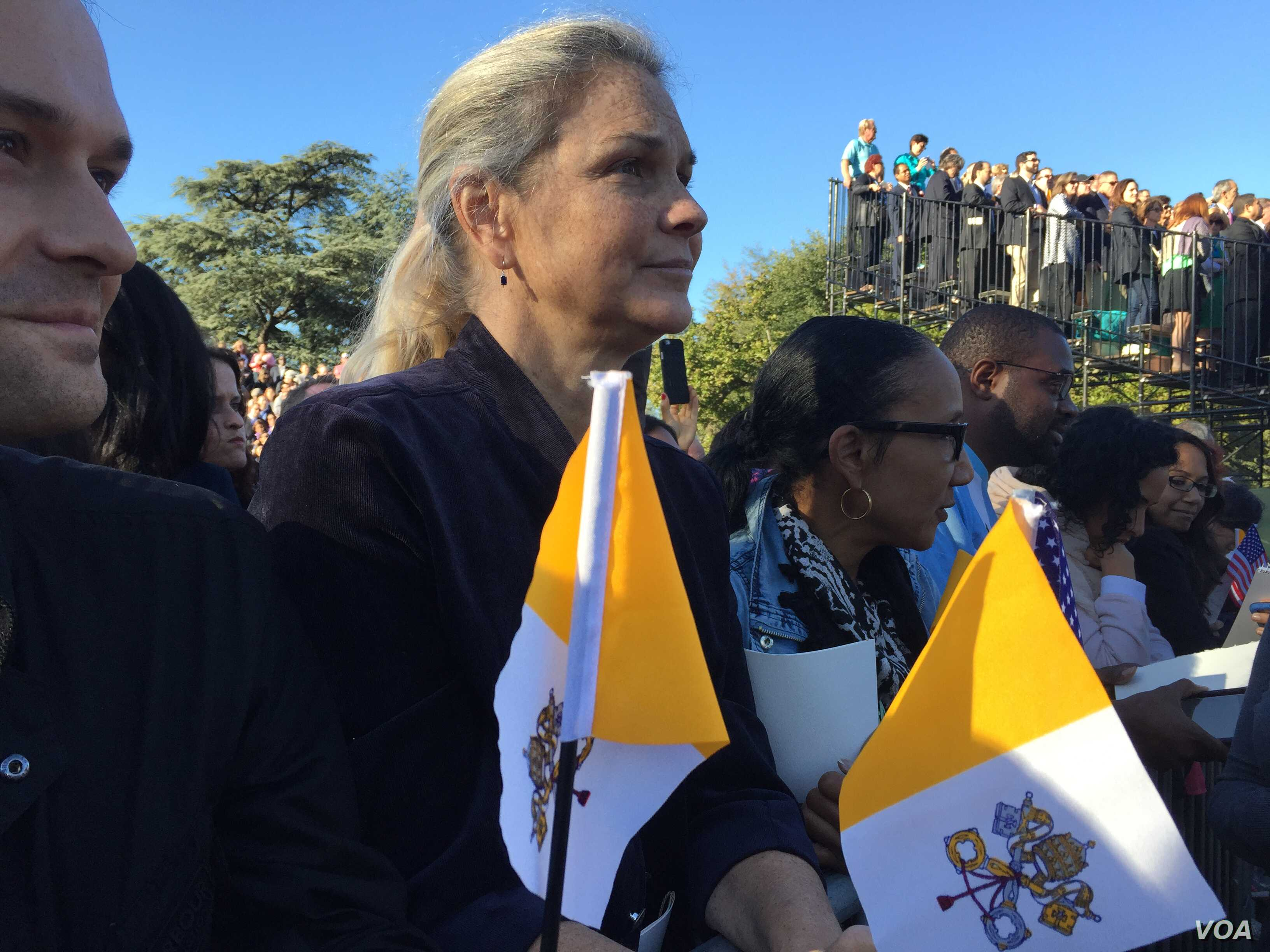Christina Toth from Boyds, Maryland, waits to see Pope Francis arrive at the White House, Sept. 23, 2015. (A. Pande/VOA)