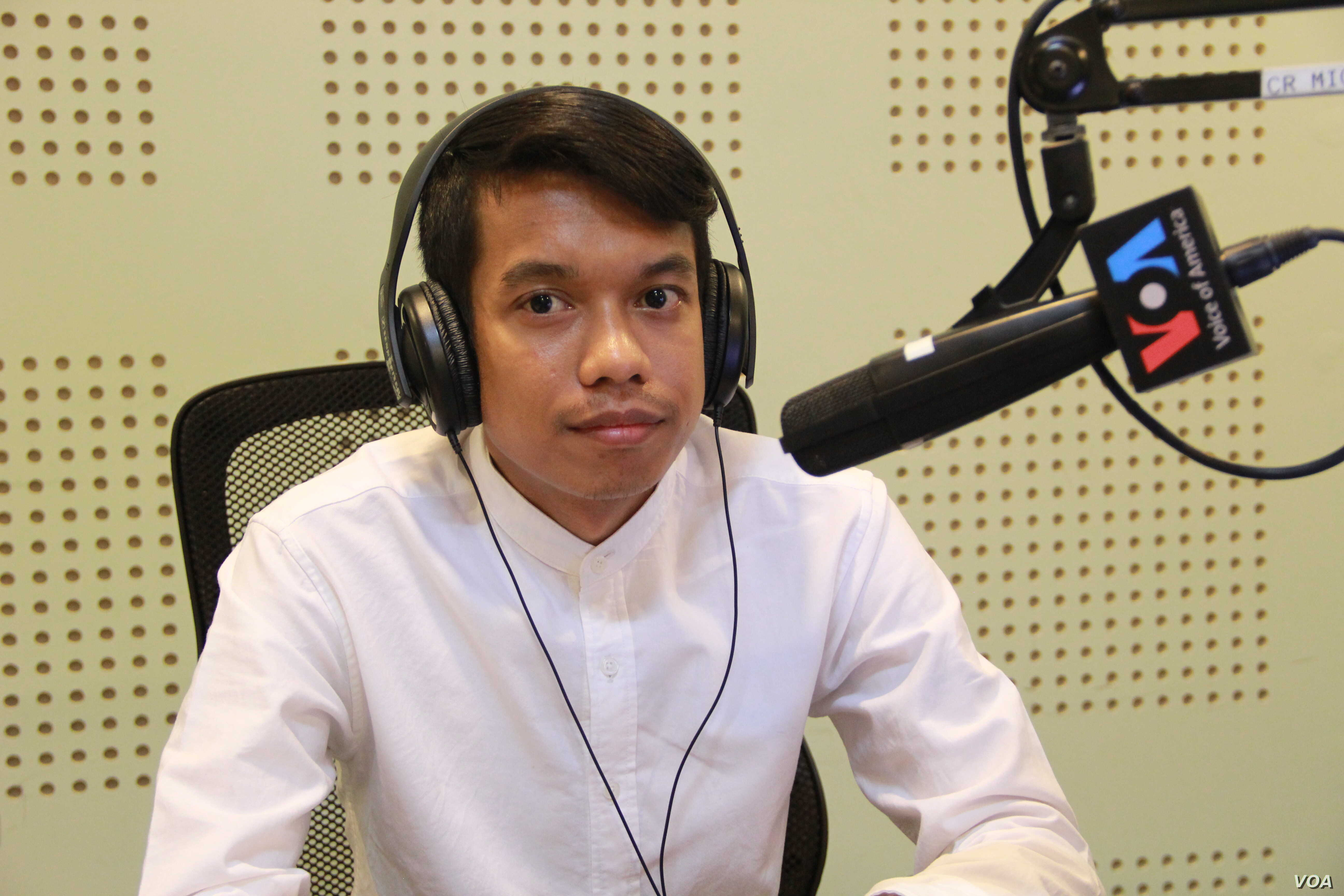 Khiev Sokmesa, senior Software Developer at InSTEDD iLab, discusses opportunities and challenges in starting a Tech Start-Up in Cambodia, in VOA Khmer's New Voices Show, on Monday, April 18, 2016. (Lim Sothy/VOA Khmer)