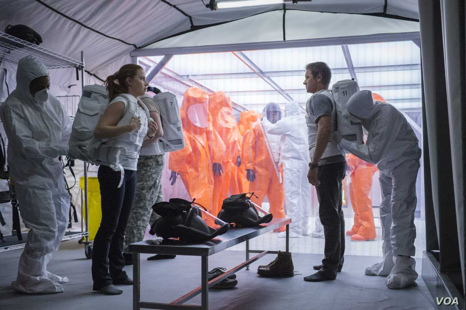 """Amy Adams and Jeremy Renner in a scene from """"Arrival"""" (Photo courtesy Paramount Pictures)"""