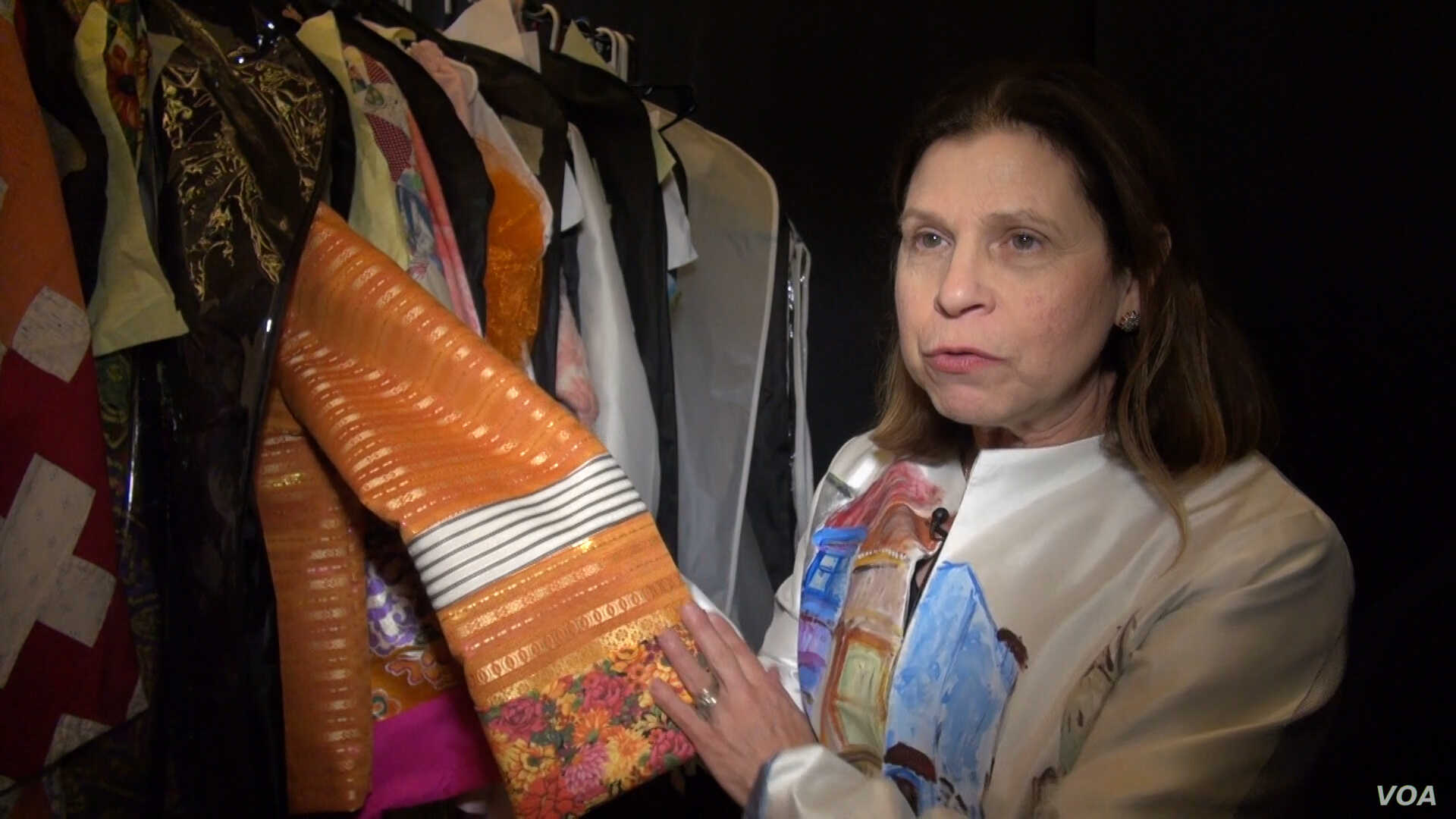Designer Ellen London displays a sleeve on one of her designs that combines fabric from Thailand, the US Appalachian region and Syria. (Photo: J. Soh / VOA)