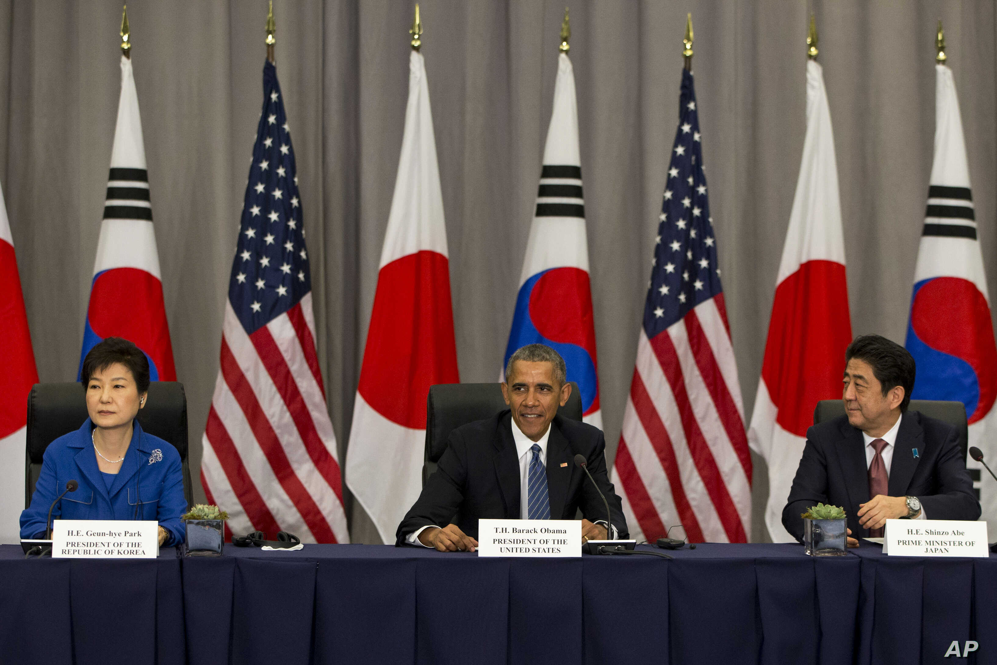 President Barack Obama meets with South Korean President Park Geun-hye, left, and Japanese Prime Minister Shinzo Abe during the Nuclear Security Summit in Washington, March 31, 2016.
