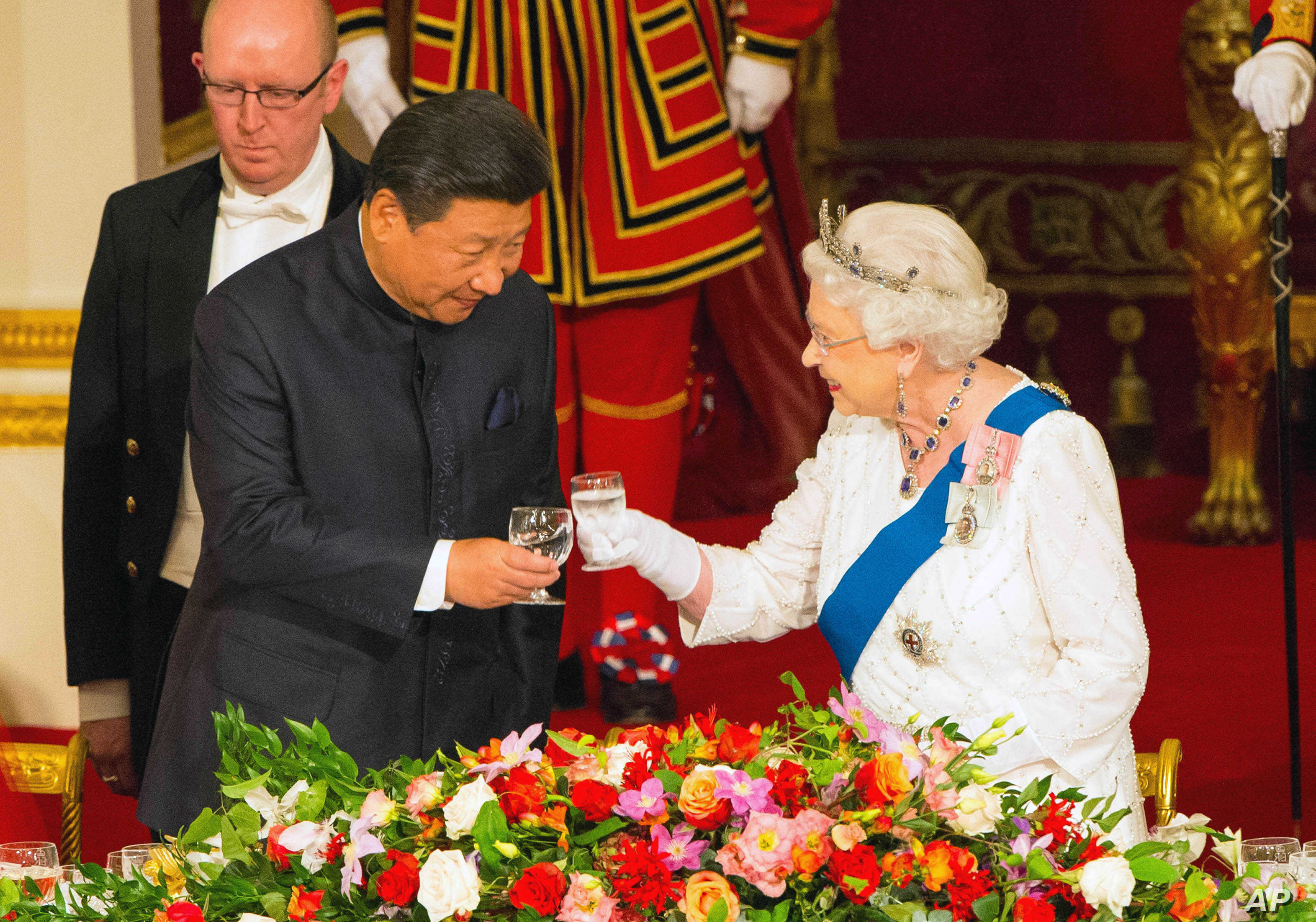 Chinese President Xi Jinping with Queen Elizabeth hosts Chinese President Xi Jinping and his wife Madame Peng Liyuan at a state banquet at Buckingham Palace, London, Oct. 20, 2015.