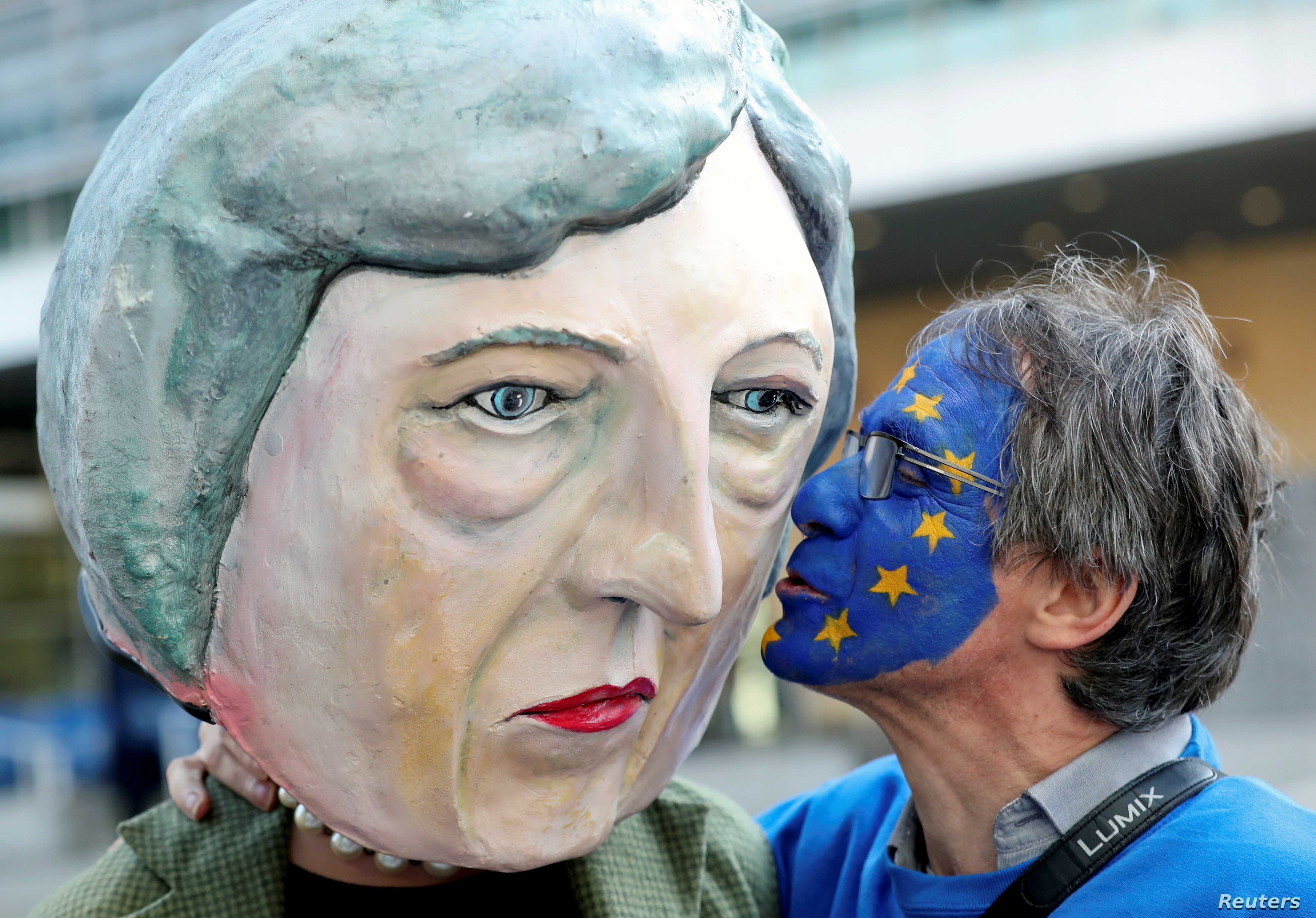 An anti-Brexit demonstrator kisses a protester dressed as Britain's Prime Minister Theresa May ahead of a EU Summit in Brussels, Belgium, March 21, 2019.