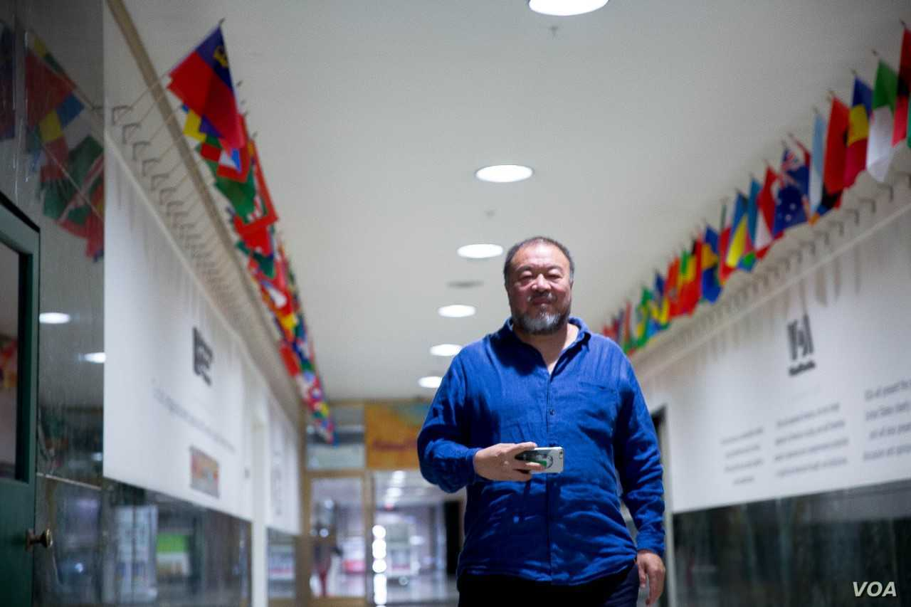 Popular Chinese artist and filmmaker Ai Weiwei at the Voice of America headquarters in Washington, D.C. (Photo: A. Li / VOA)