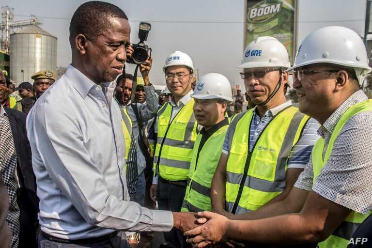 Le président zambien, Edgar Lungu, rencontre et accueille les travailleurs chinois de l'Aviation Industry Corporation of China (AVIC Intl) lors d'une promenade sur une route principale à Lusaka, en Zambie, le 15 septembre 2018.