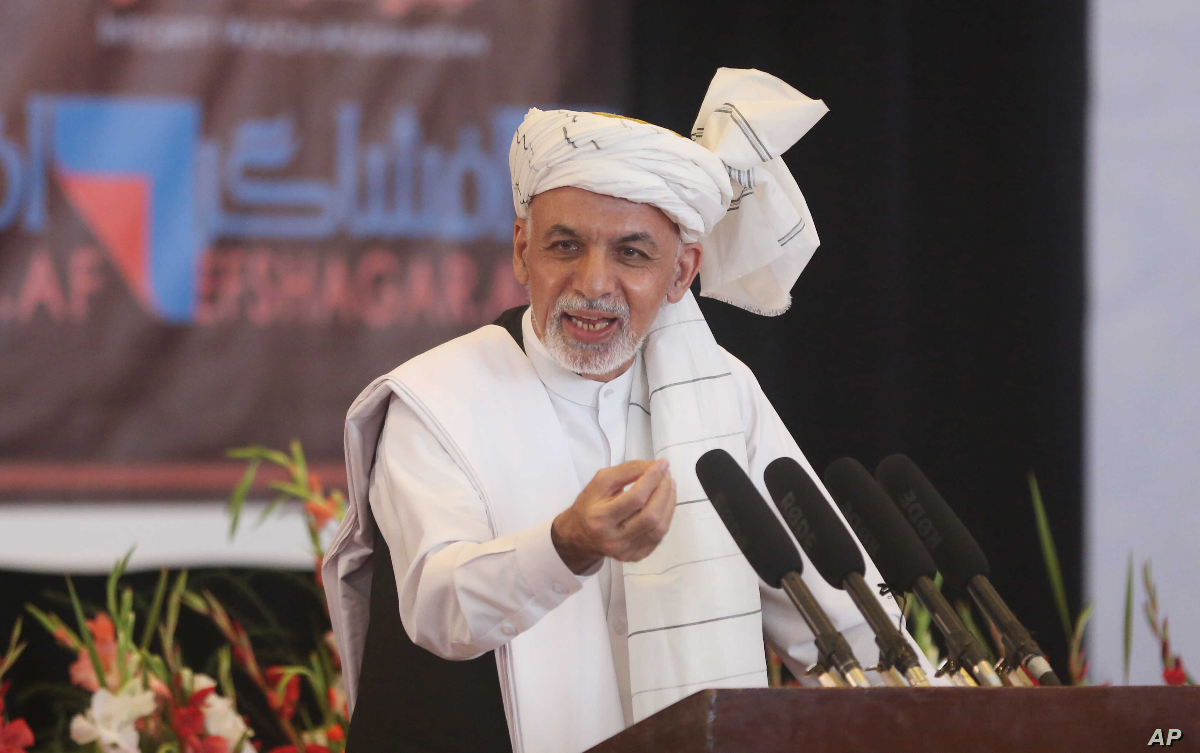Afghanistan's President Ashraf Ghani speaks to religious leaders during an anti-corruption conference at Amani high school in Kabul, Afghanistan, Sept. 1, 2015.