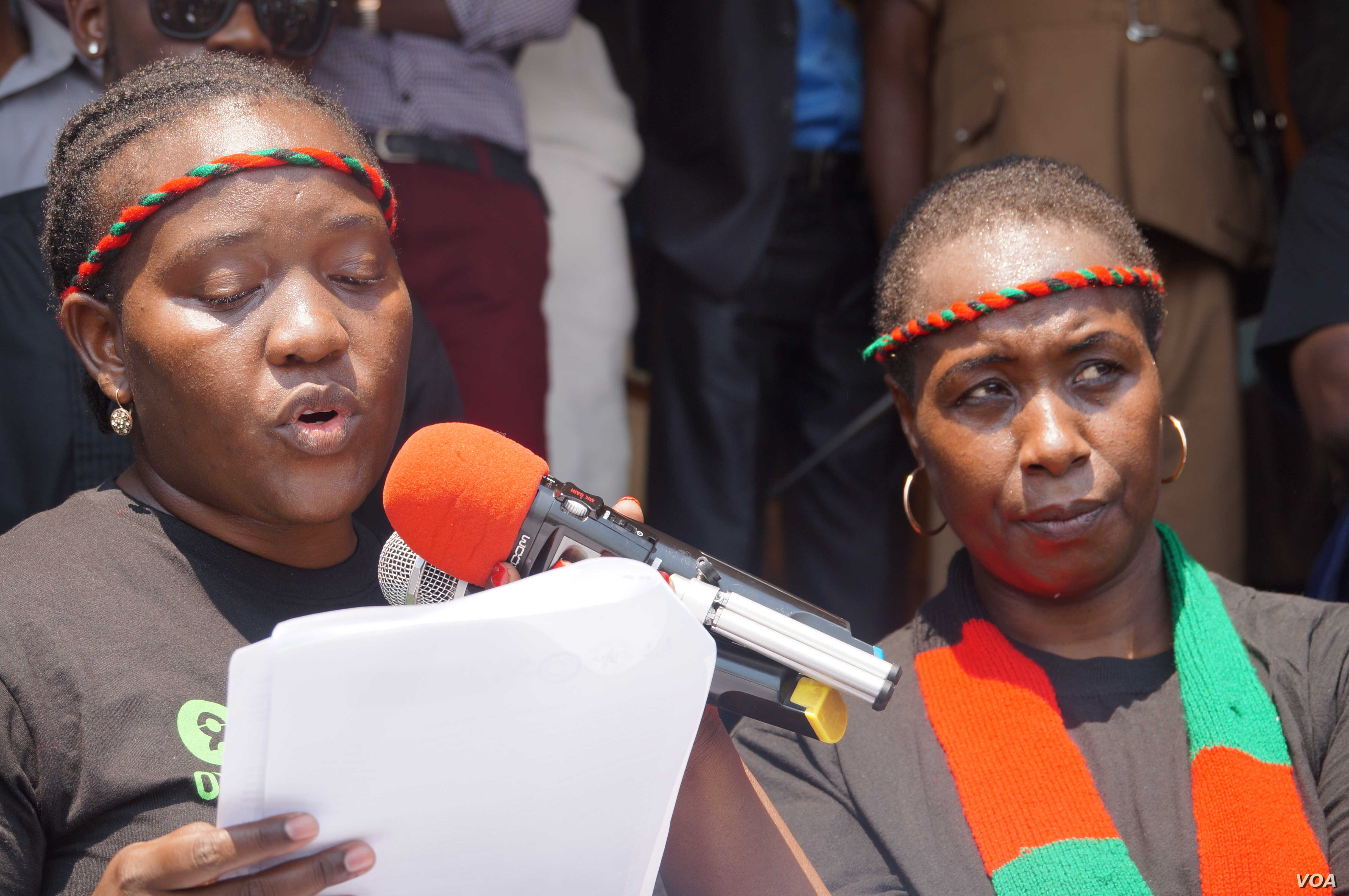 Sarai Chisala-Templehoff of the Women Lawyers Association reads a petition in Lilongwe while Jessie Kabwila, chair of Women's Parlaimentary Caucus, right, looks on, Sept. 14, 2017. (L. Masina/VOA)